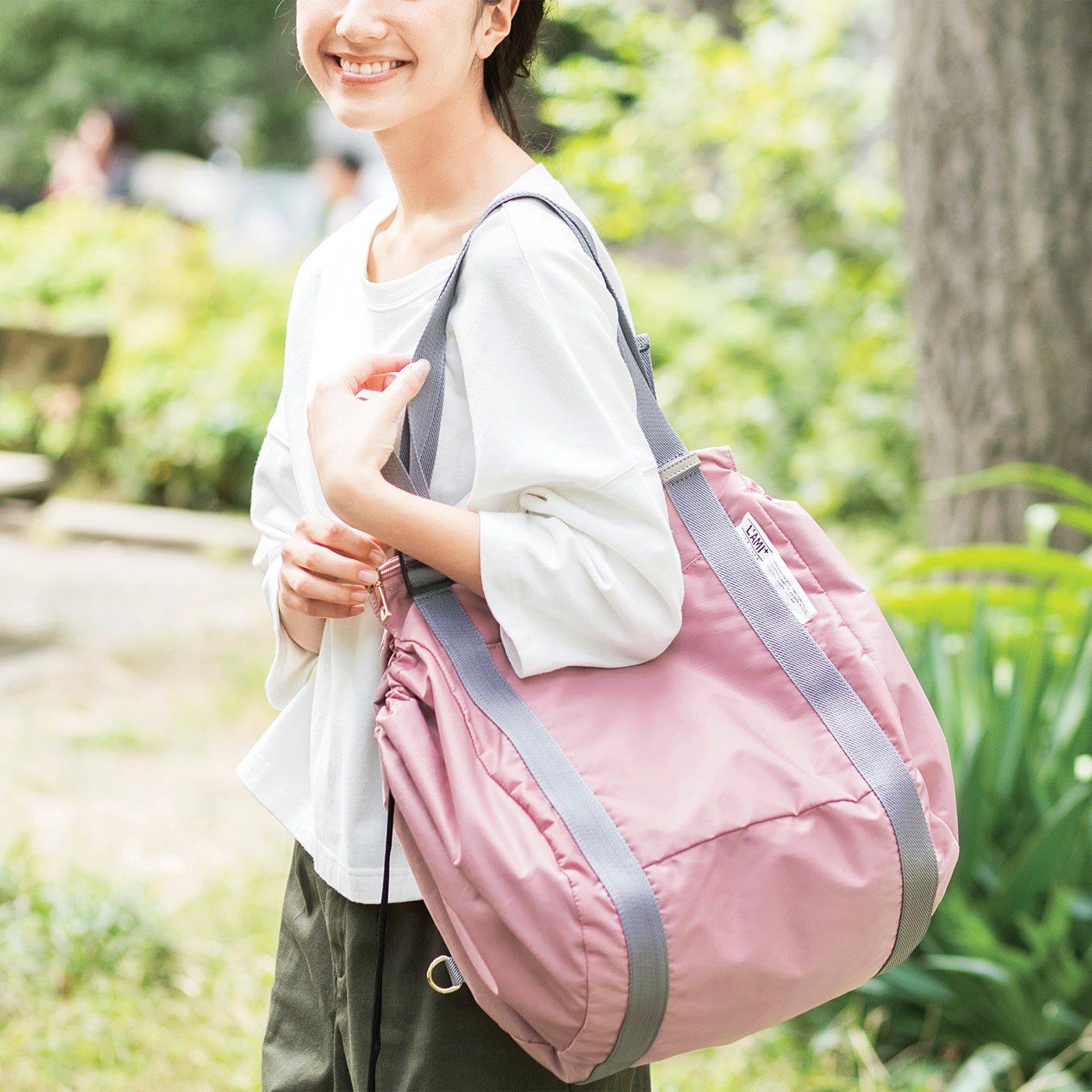コロンと丸いショルダーバッグに変身。大容量でも肩掛けだかららくらく。