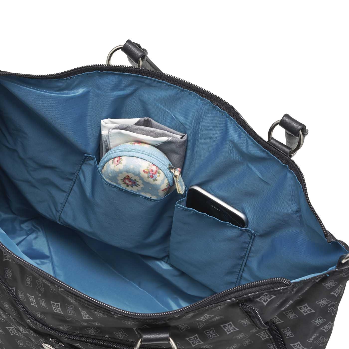 かばんの中で迷子になりがちな小物を入れられるポケット付き。