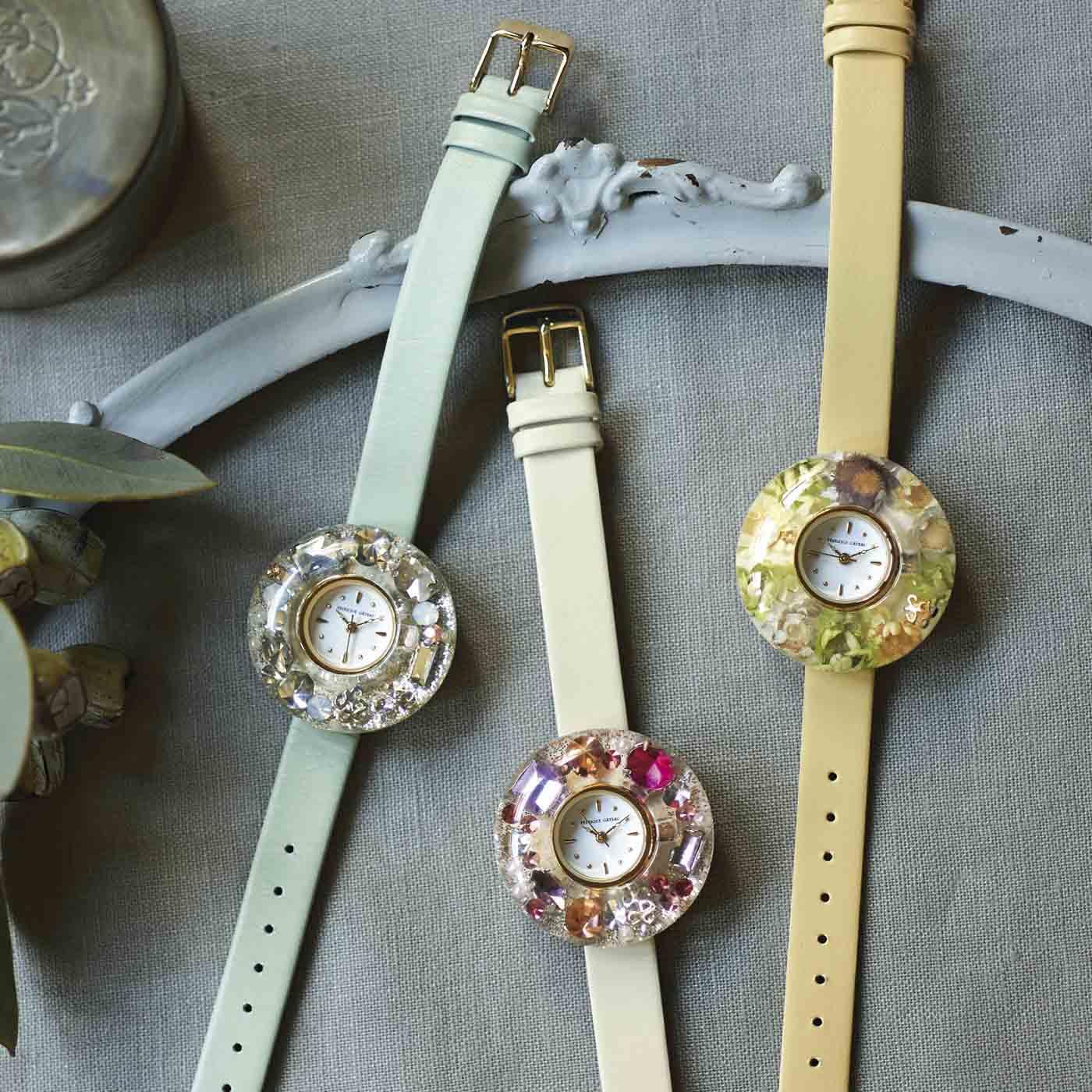 いくつになってもときめきを忘れたくない。そんなあなたにピッタリな世界に一つの特別な腕時計です。(左から【宝石箱】シリーズの ライトブルー、 ホワイト、【花束】シリーズ イエロー)