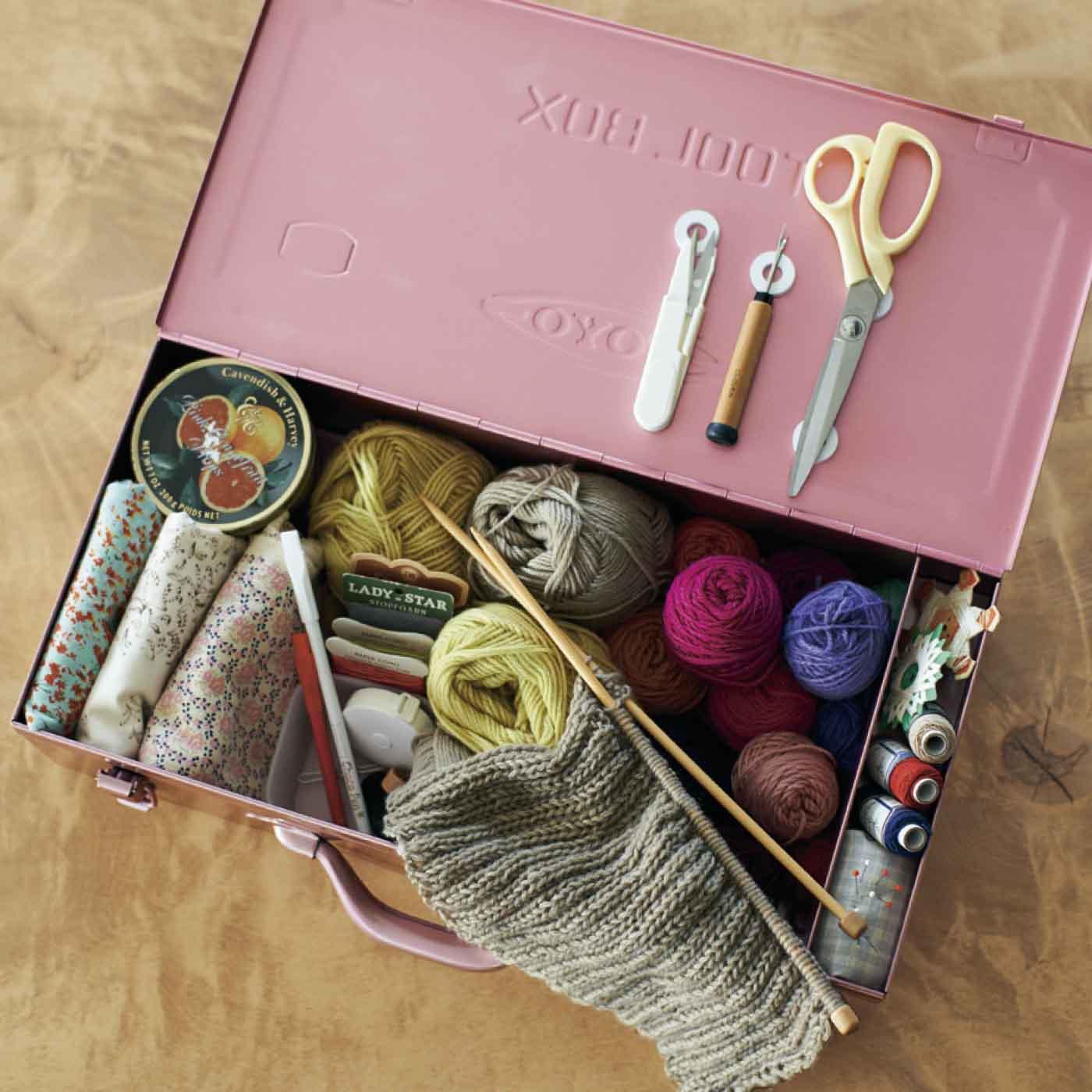編み物や手芸用品を入れても。右端には小物を収納できるポケット付き。