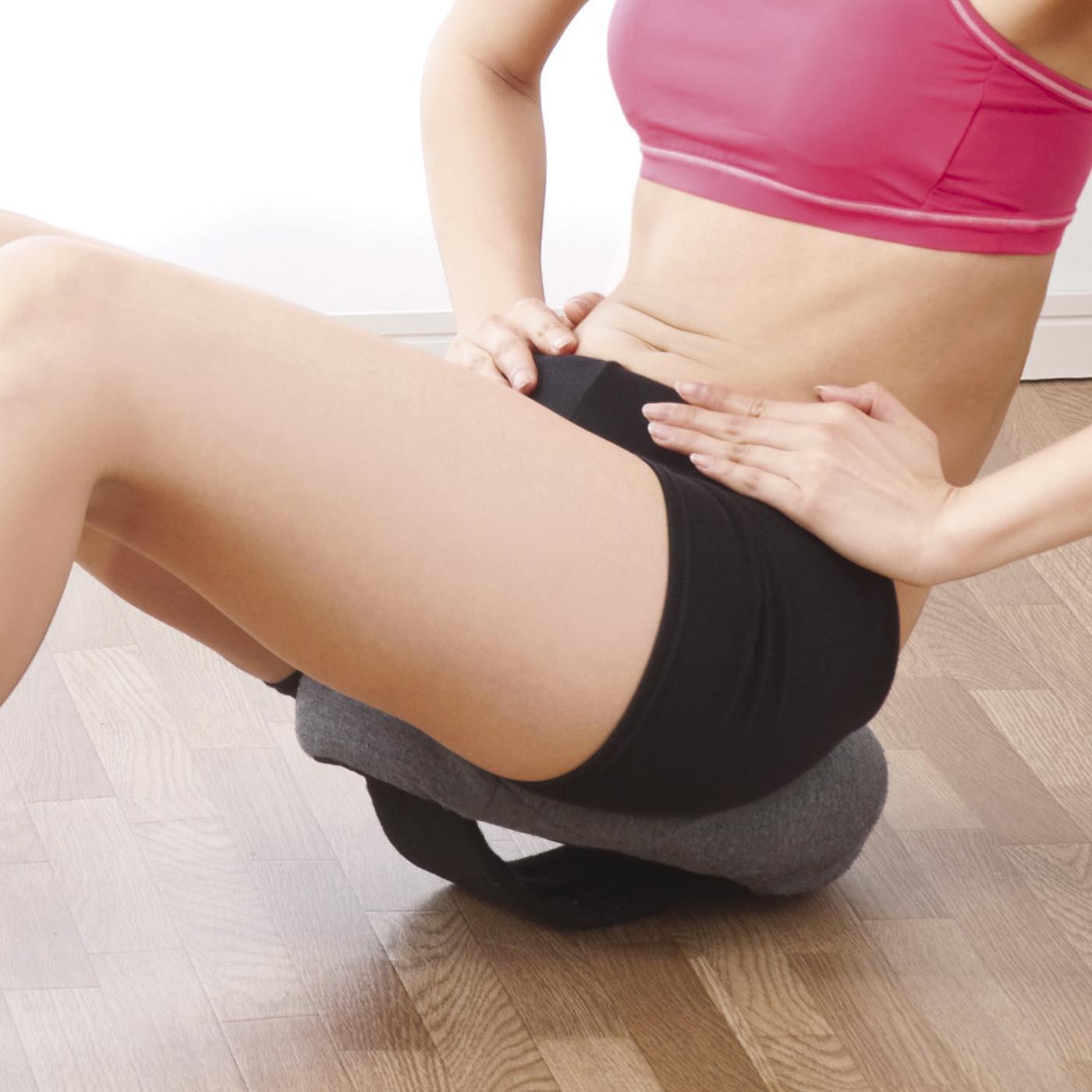 特殊な形状で、下腹まわりの筋肉にアプローチ。