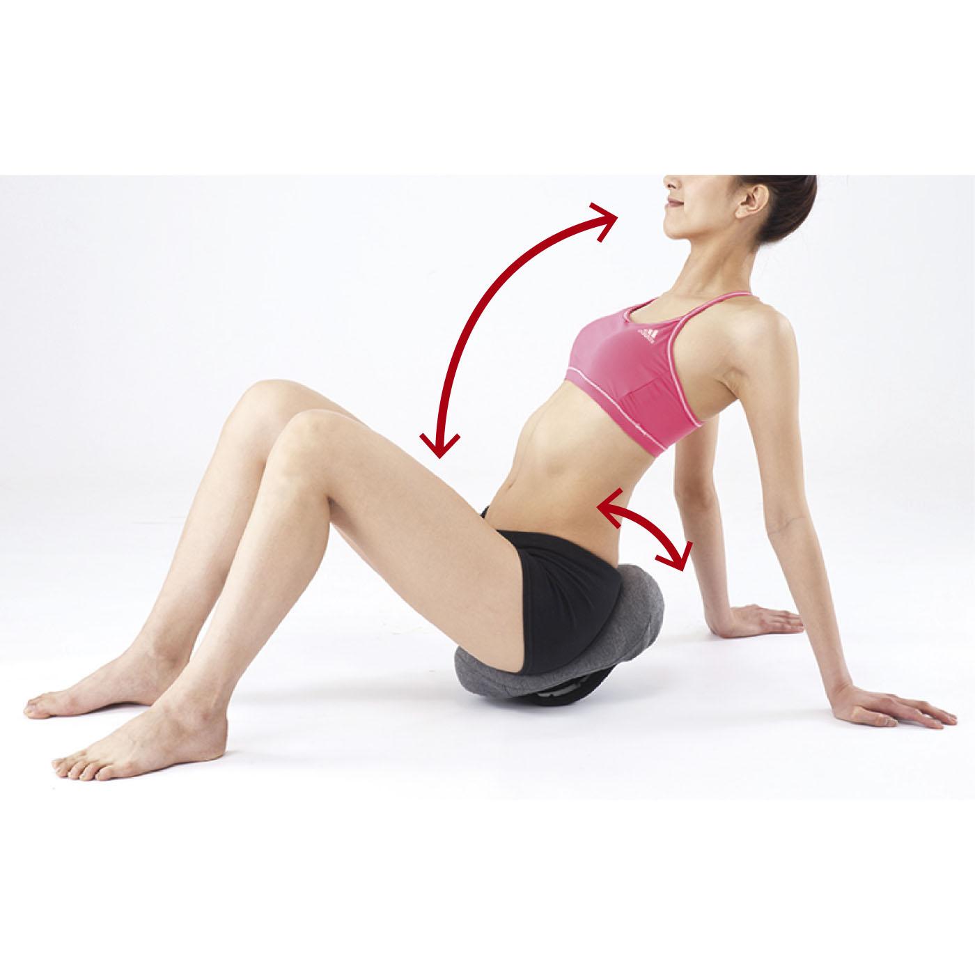 (2)骨盤まわりストレッチ 前後にゆらゆら+背中を曲げたり反らして。