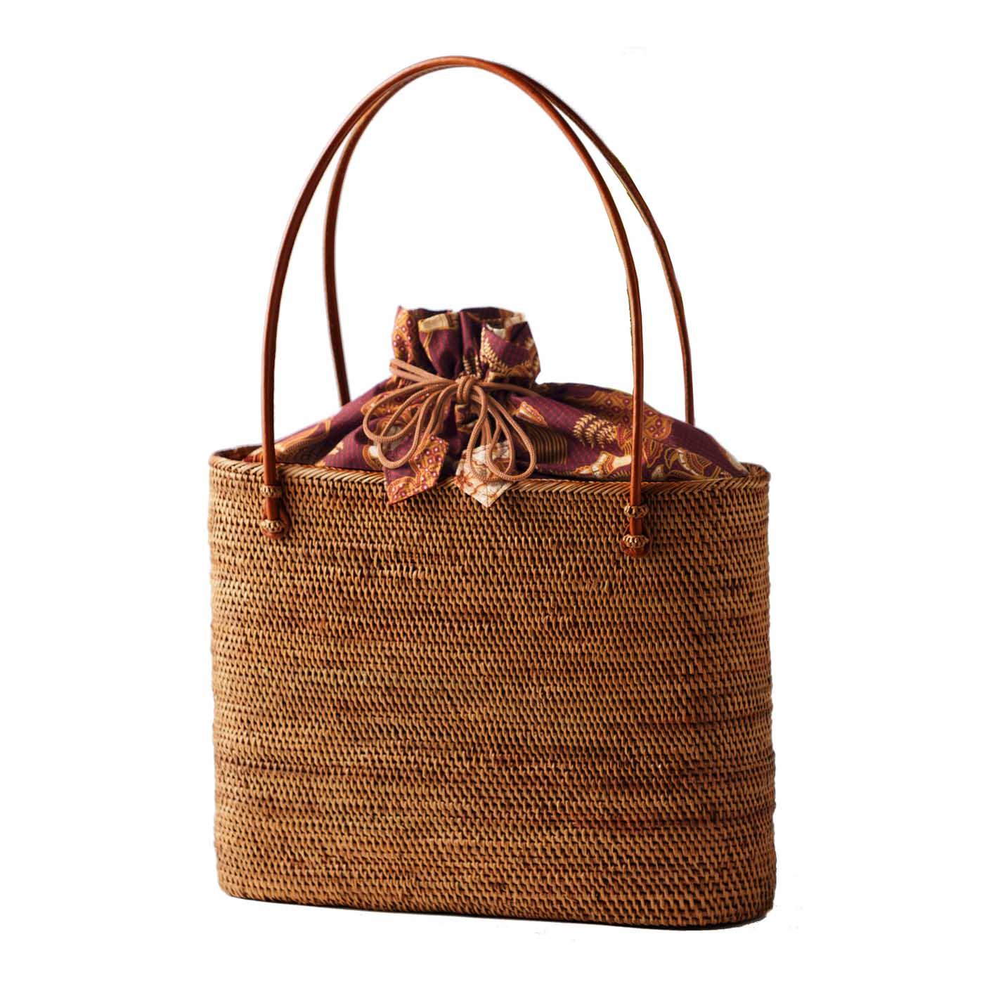 約10年使用したアタバッグの色。長年愛用するほどあめ色に変化して美しい光沢を放ちます。細かく美しく編み込まれたバッグはとても丈夫で、季節やシーンを問わず、10年、20年と使っていただけます。