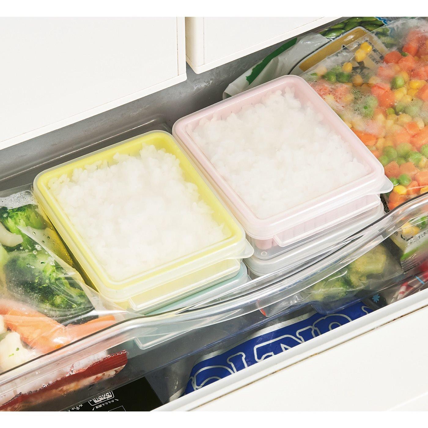 ざるの効果でご飯ふっくら 小分けが便利なスモーキーカラーの冷凍レンジ容器の会