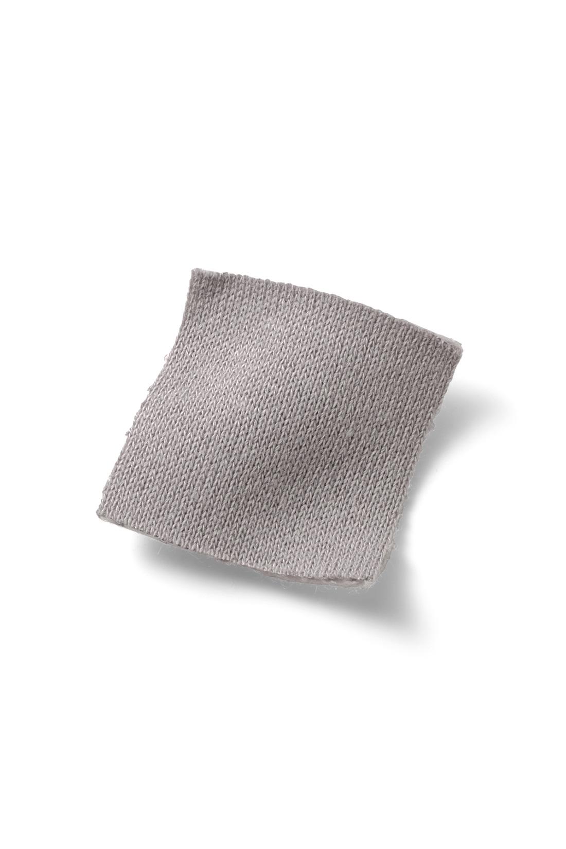 ほどよい厚みで着ぶくれしないスウェット素材。 ※お届けするカラーとは異なります。
