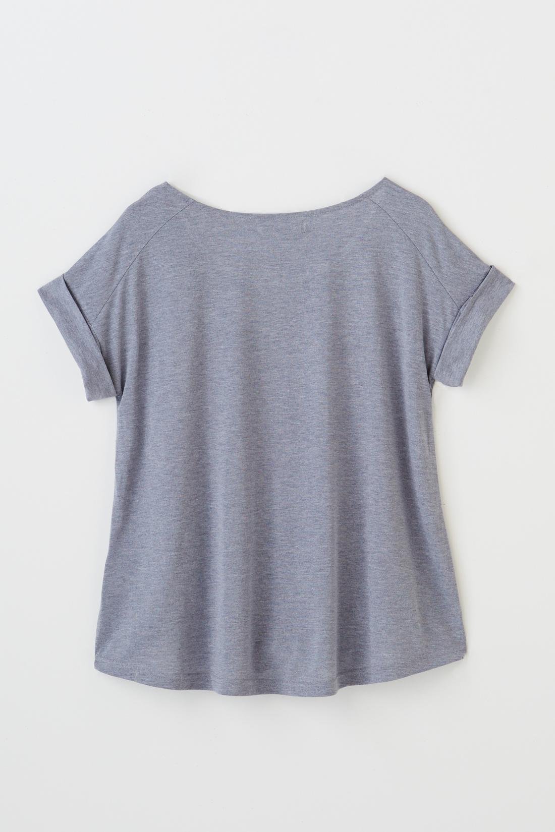 BACK 後ろはシンプルなデザイン。袖はトレンドのロールアップデザイン。