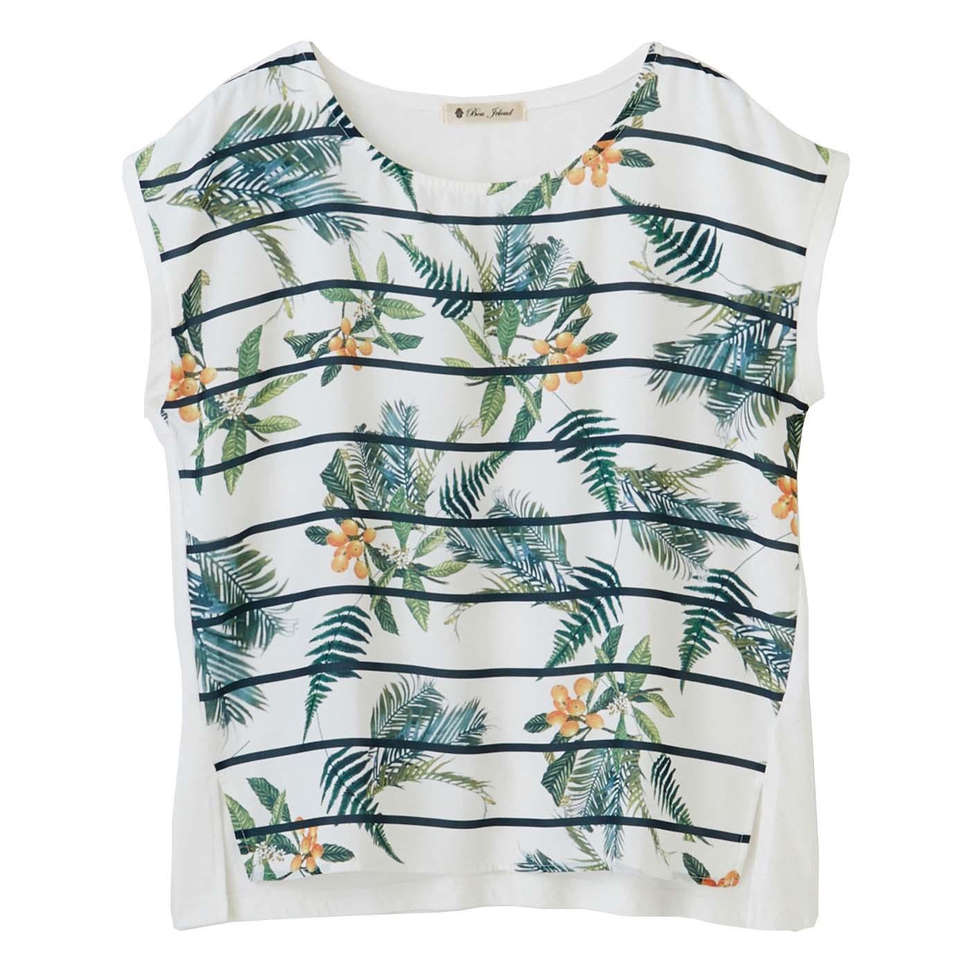 フレンチスリーブや広めの衿ぐりがキレイな印象に。トレンドのボタニカルプリントのトップスは夏にぴったり。
