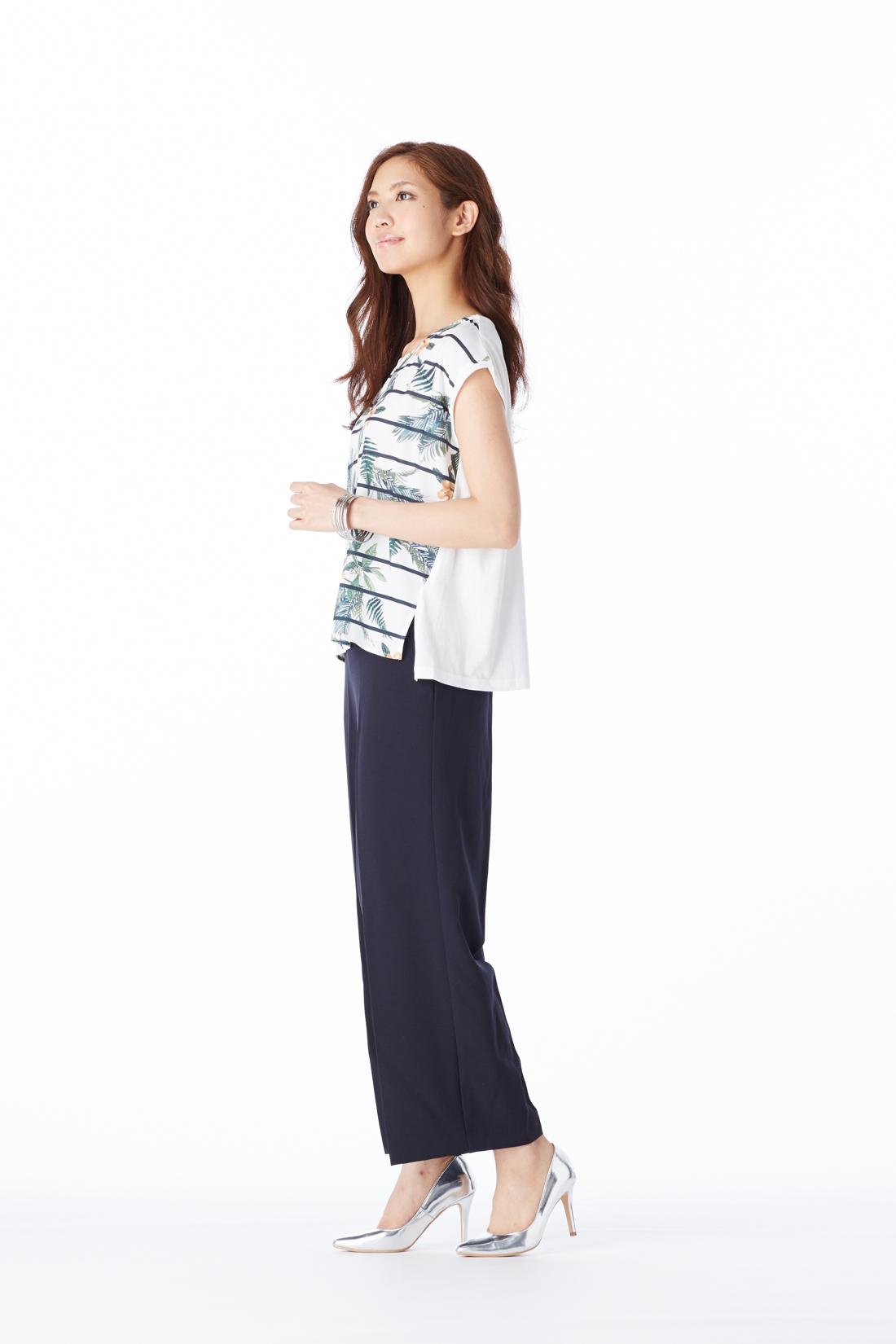 トレンドのワイドパンツにも合わせやすいサイドスリットや、後ろの長め丈が今年っぽい。