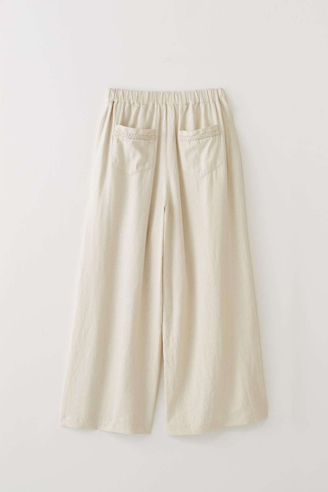 BACK 後ろにもポケット付き。肌ざわりよく、夏にちょうどいいフレンチリネンとレーヨンの混紡素材です。