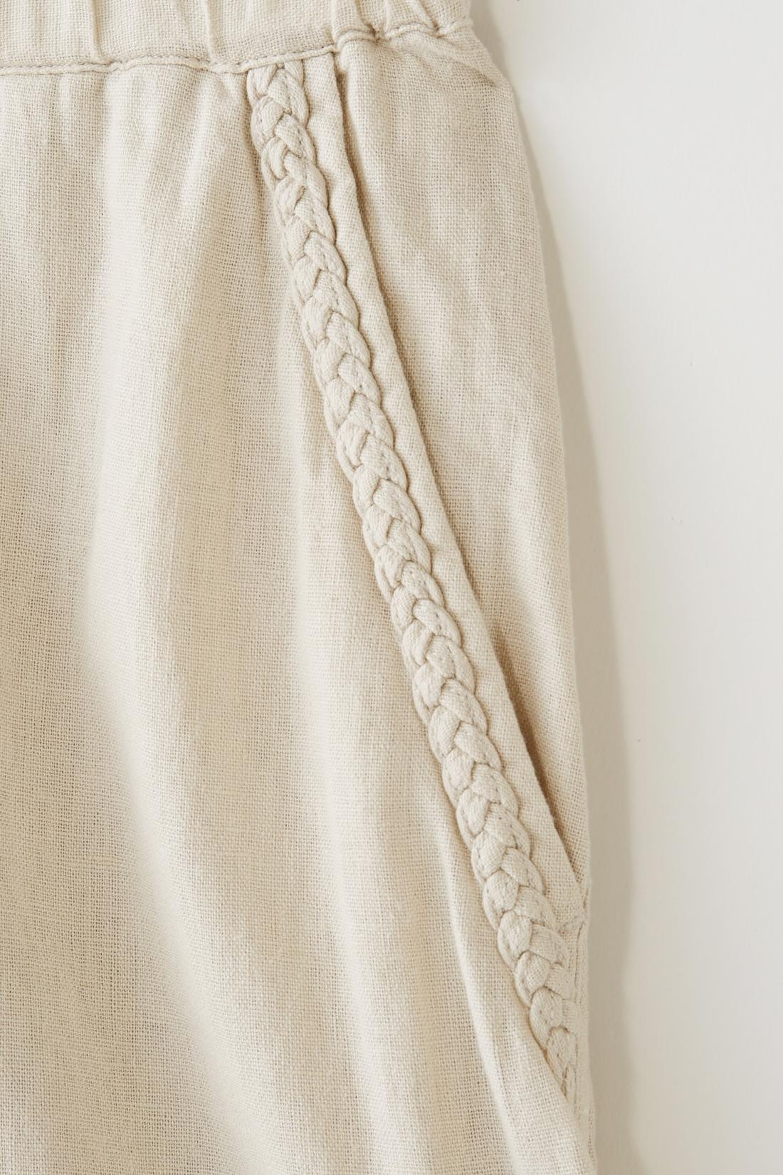 前・後ろのポケットは、編み込みのデザイン。ほどよいアクセントに。