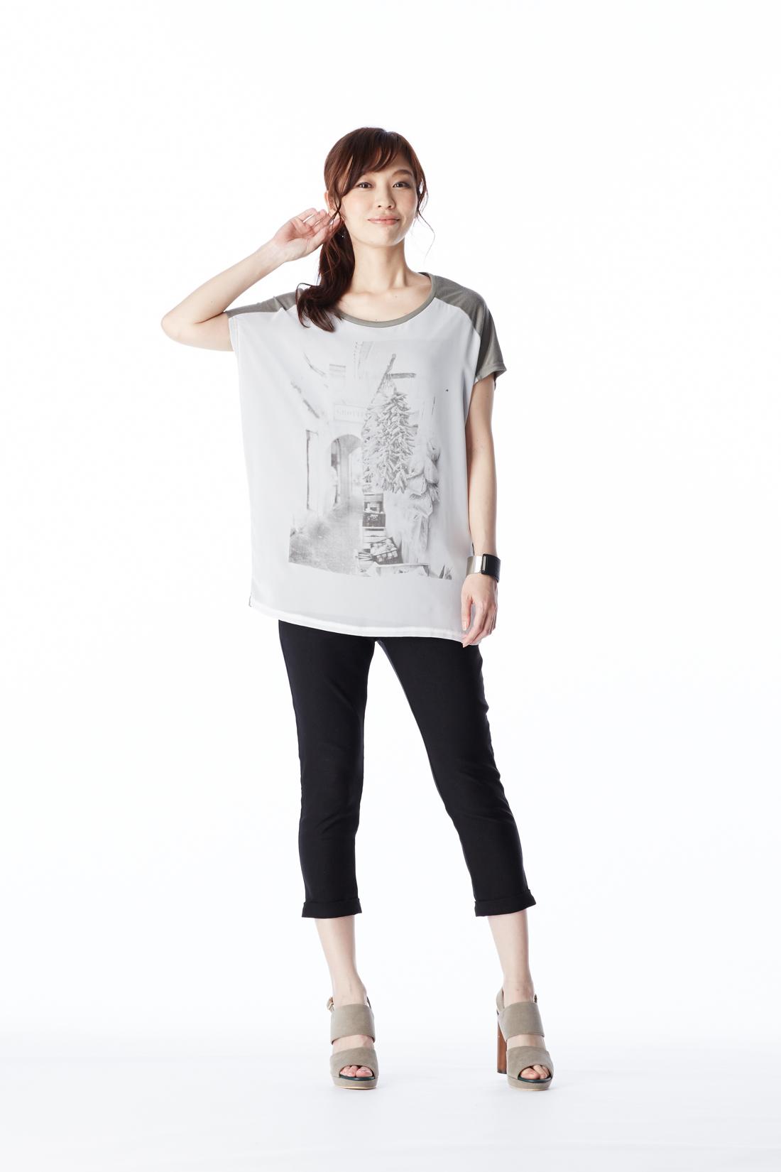 ほどよい細身シルエットなので、トレンドのロングTシャツとも好相性!
