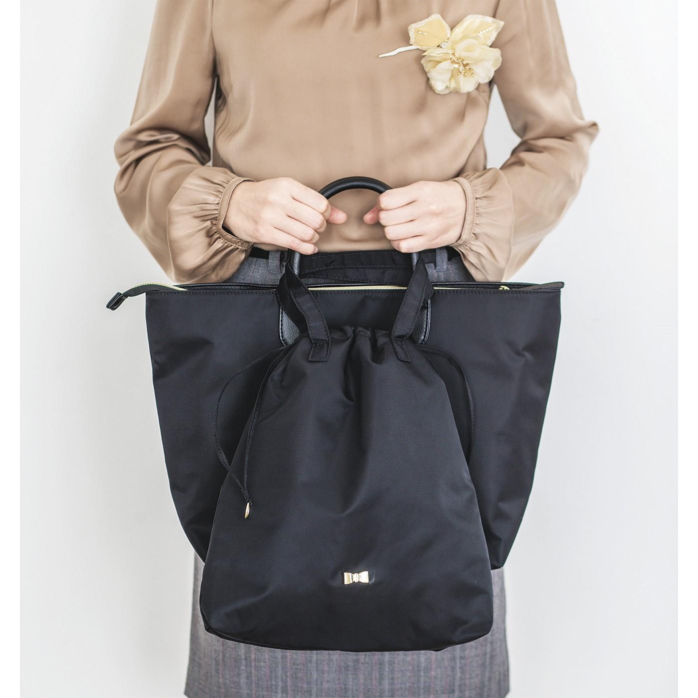 メインのバッグの持ち手にシューズきんちゃくを引っ掛ければすっきりと持ててスマート。