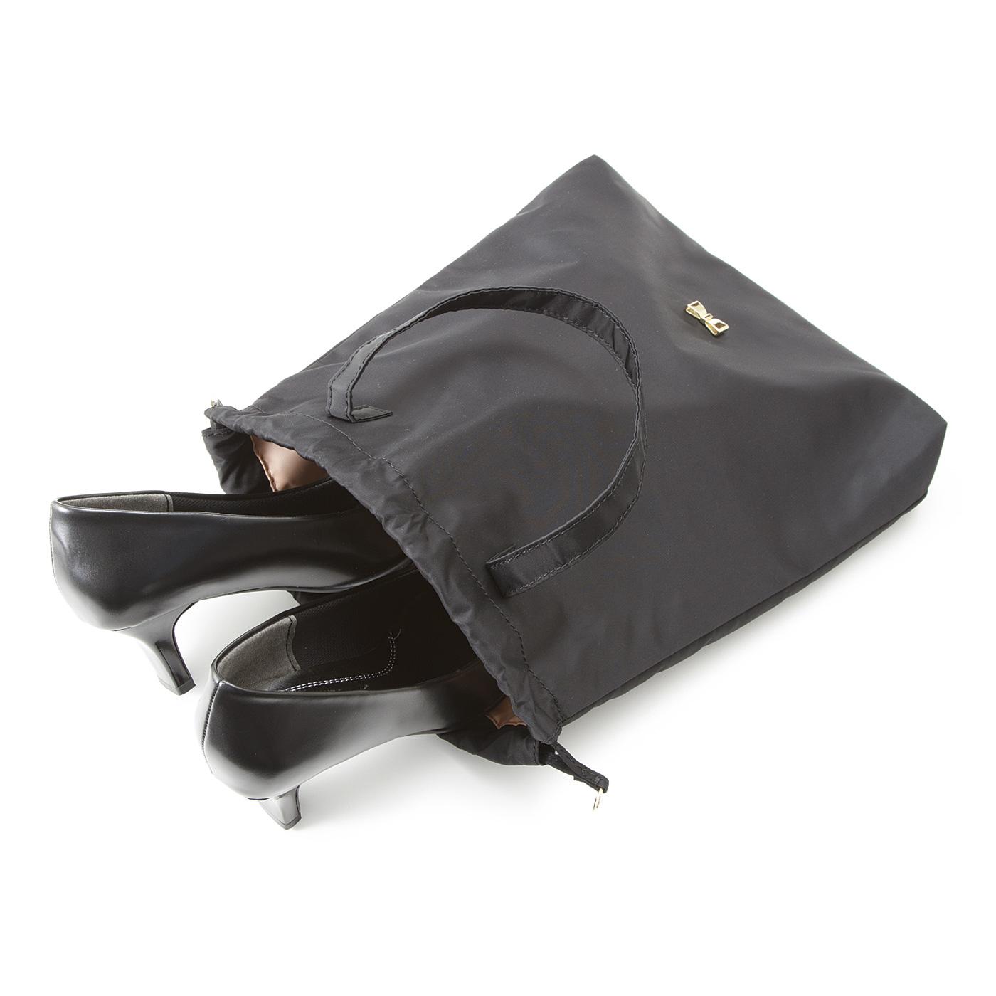 きんちゃくはバッグと同じ素材で、スリッパや外靴をきちんと収納できます。