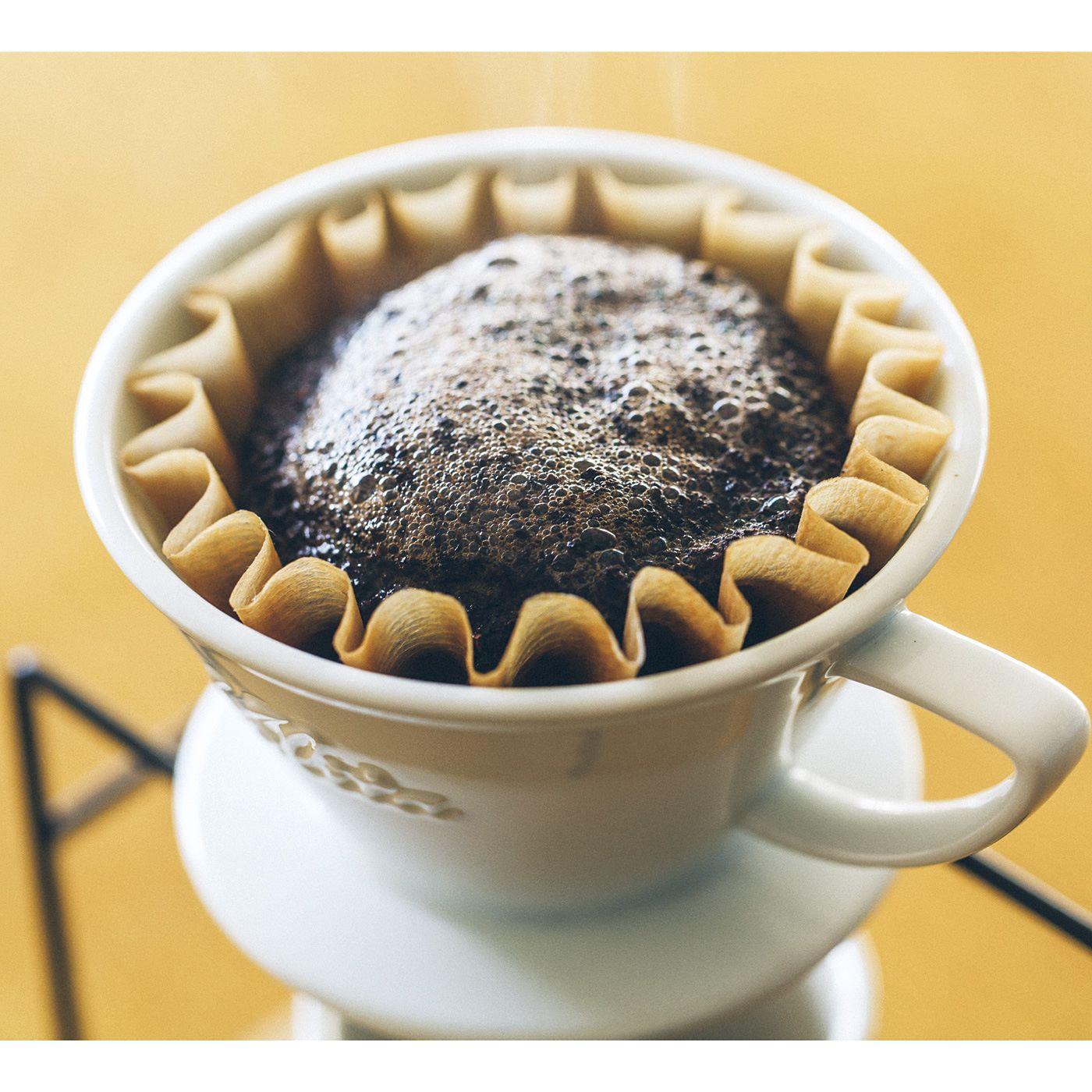 保温性の高いセラミック製のドリッパー。内部に入っているナミナミとペーパーフィルターのひだによって、ドリッパーとの接触面が少なくお湯が均一にまわりやすいからおいしいコーヒーが淹れられます。