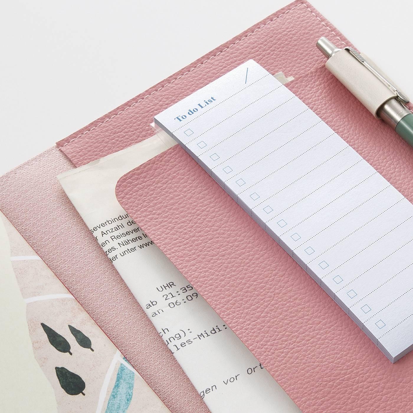 内側に深い切り込みがあるので、紙ものも入れやすく、メモ帳も挟めて便利。