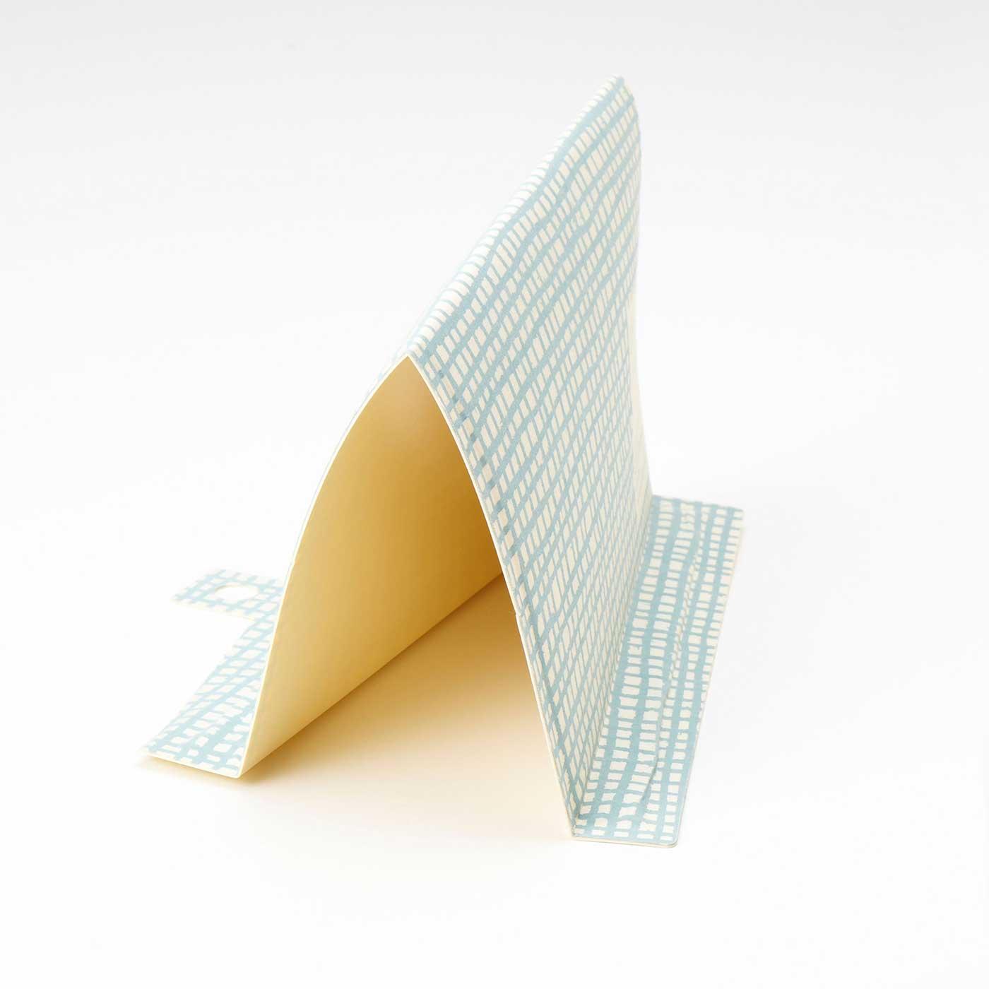 折り目にそって折ってから、スリット同士を固定すれば仕切り板に。