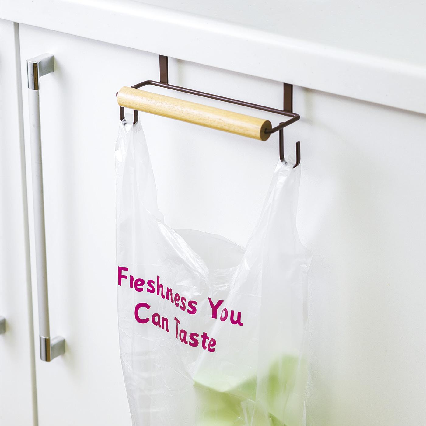 台所の流しの扉に取り付けて、ポリ袋を下げればゴミ入れに。内側にはラップや調味料をストック。