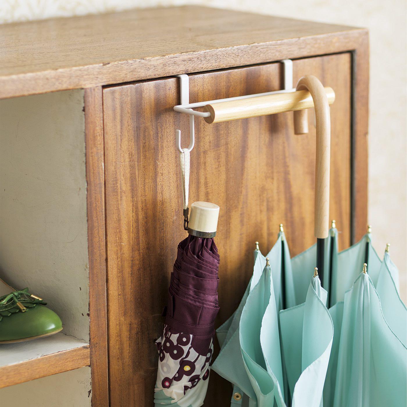 玄関の靴箱の扉に取り付けて、傘を掛けたり、内側にはシューケア用品を収納したり。