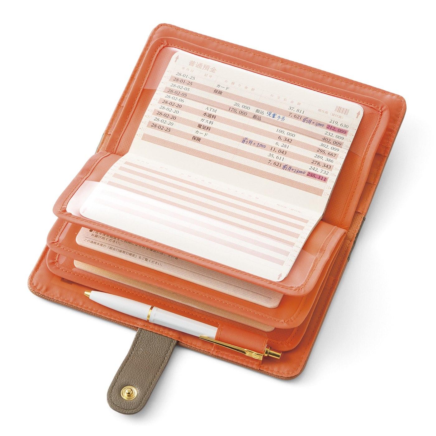 見たいページを開いたまま3冊収納OK。ペンホルダー付きでいつでもどこでも手早く書き込める!!