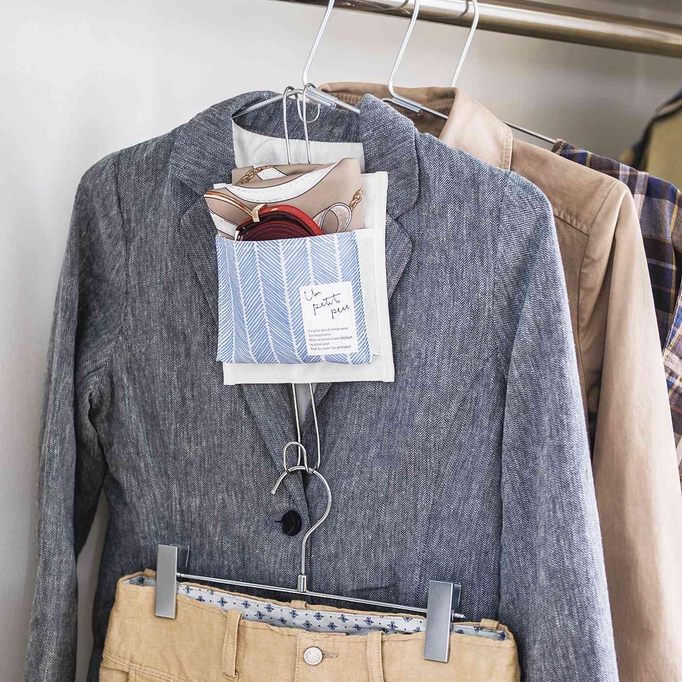 トップスとボトムスのハンガーを連結。まち付きポケットに、合わせるファッション小物を収納すれば、スタイリングもらくらく。