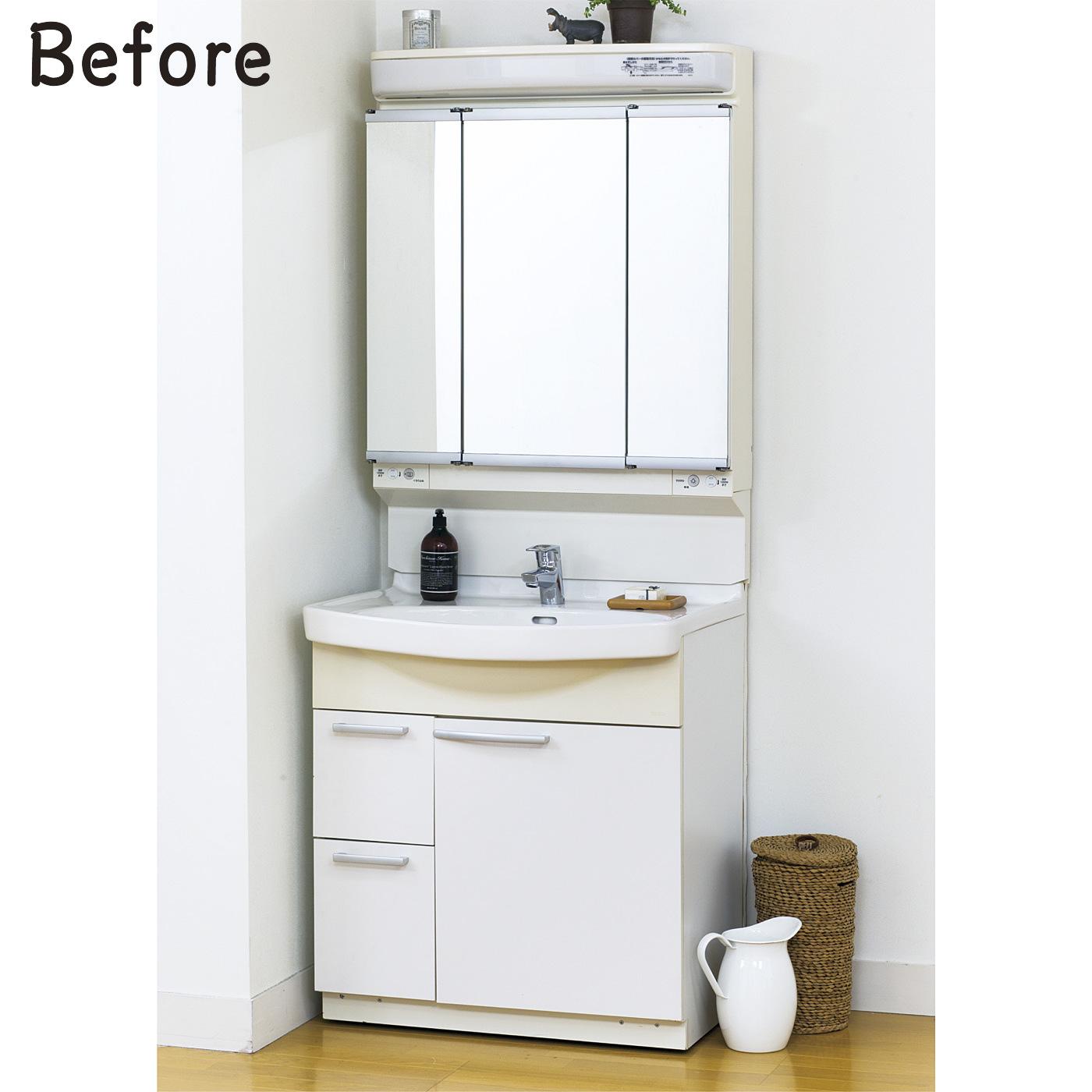 変色と鏡のふちの腐食が気になる、ユニット形洗面台。