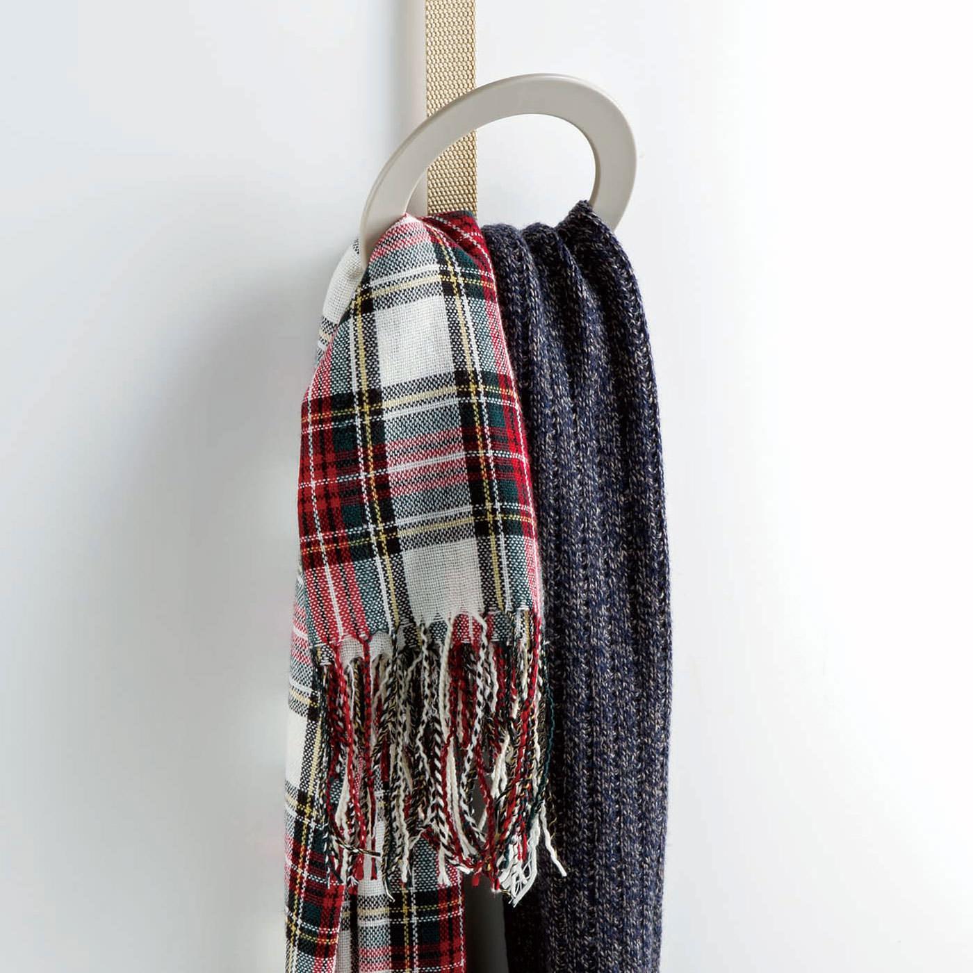 マフラーやスカーフなどの小物はリングの中に通して。