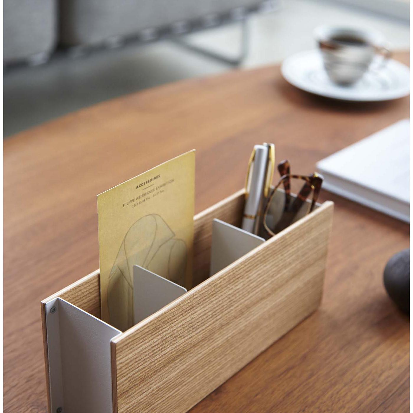 仕切りとウッド面の片側の少しのスペースにDMなどを入れることもできます。
