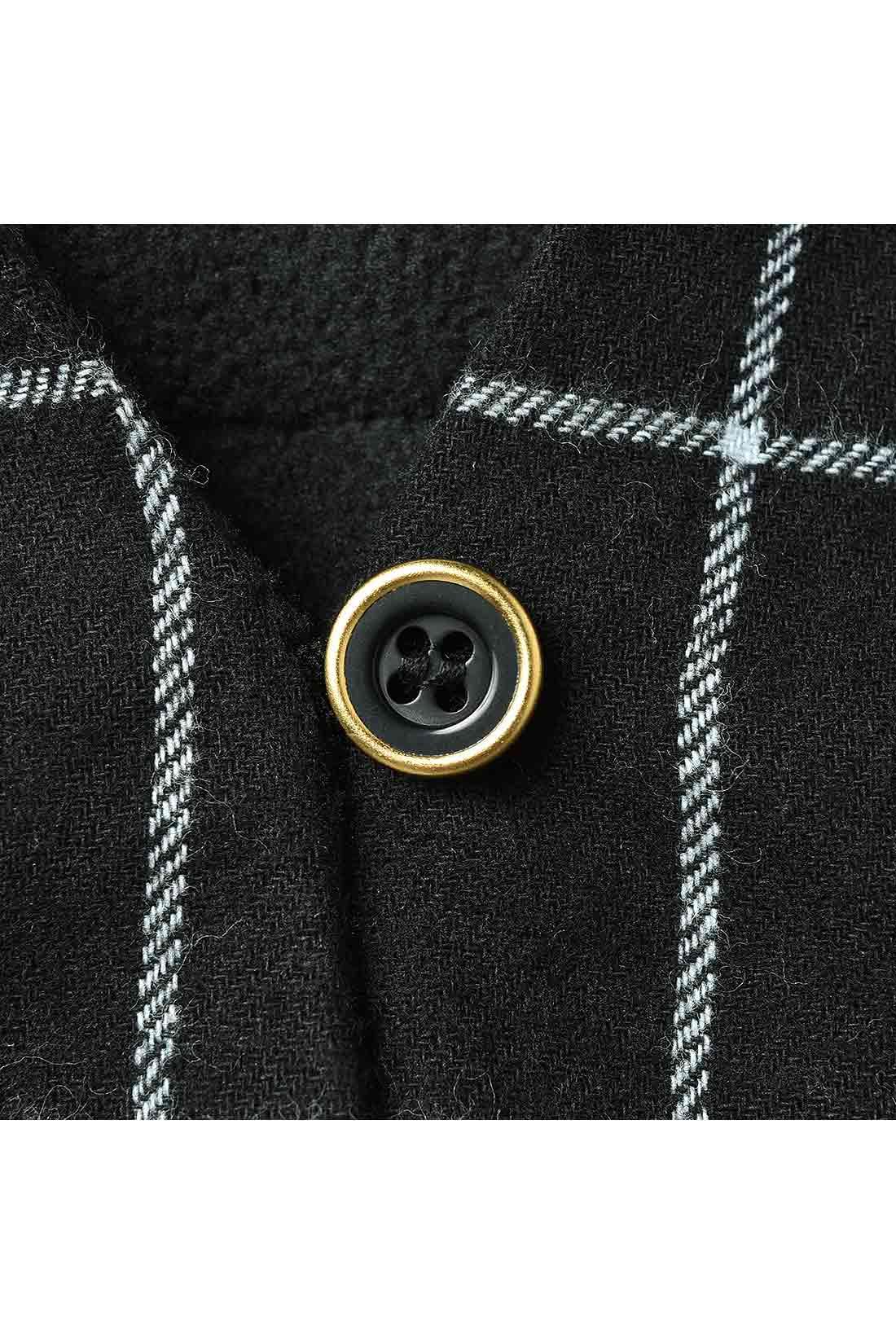 ゴールドカラー遣いのボタンできれいめな印象に。