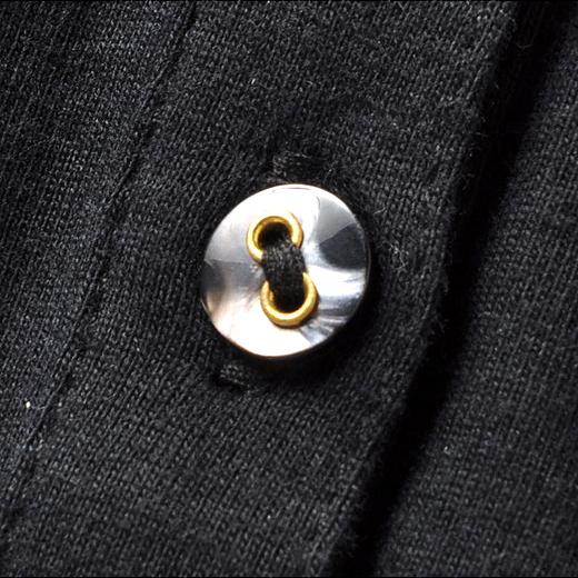 ゴールドが入った上品な貝調ボタンがキラリ。