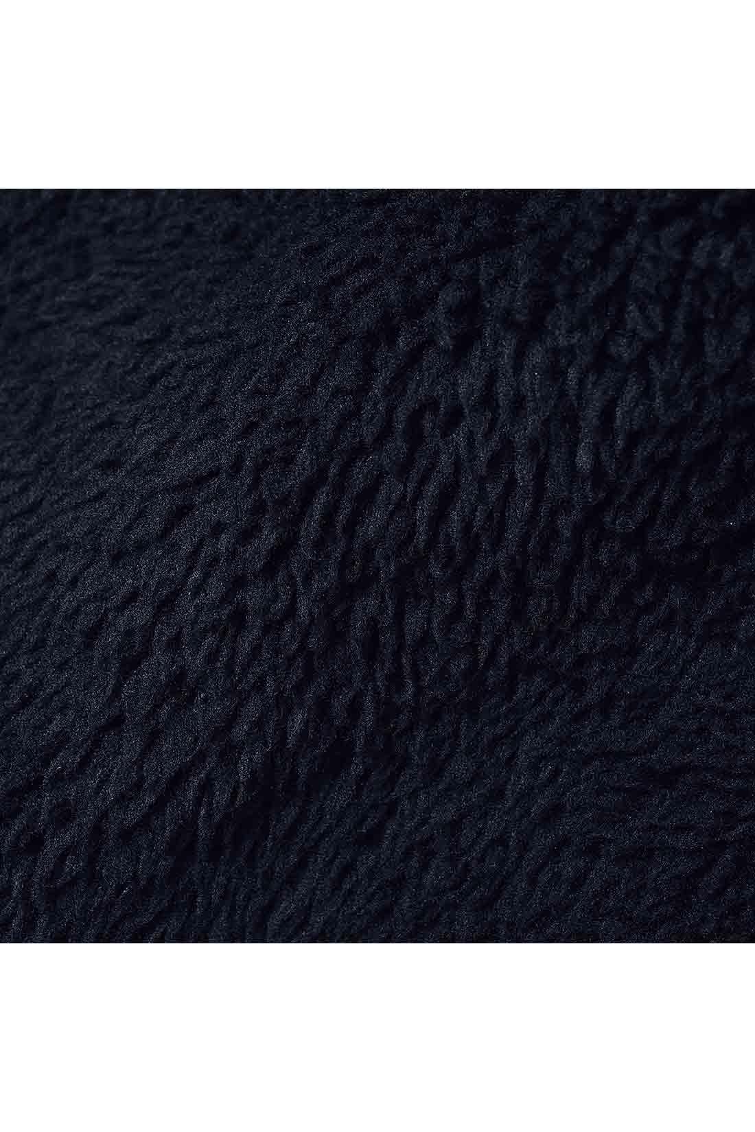 やわらかで伸縮性のある素材に、同色のボアを裏全面にボンディング。