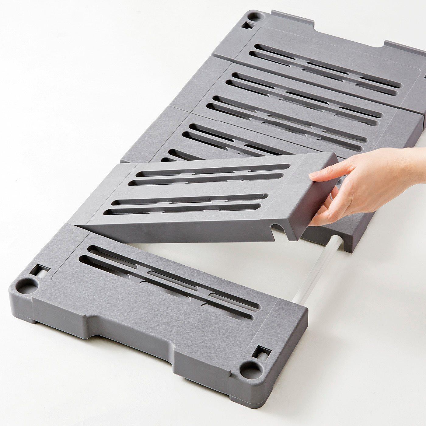 奥行きに合わせて伸び縮み! 収納スペースに合わせて約54~76cmに調整OK。