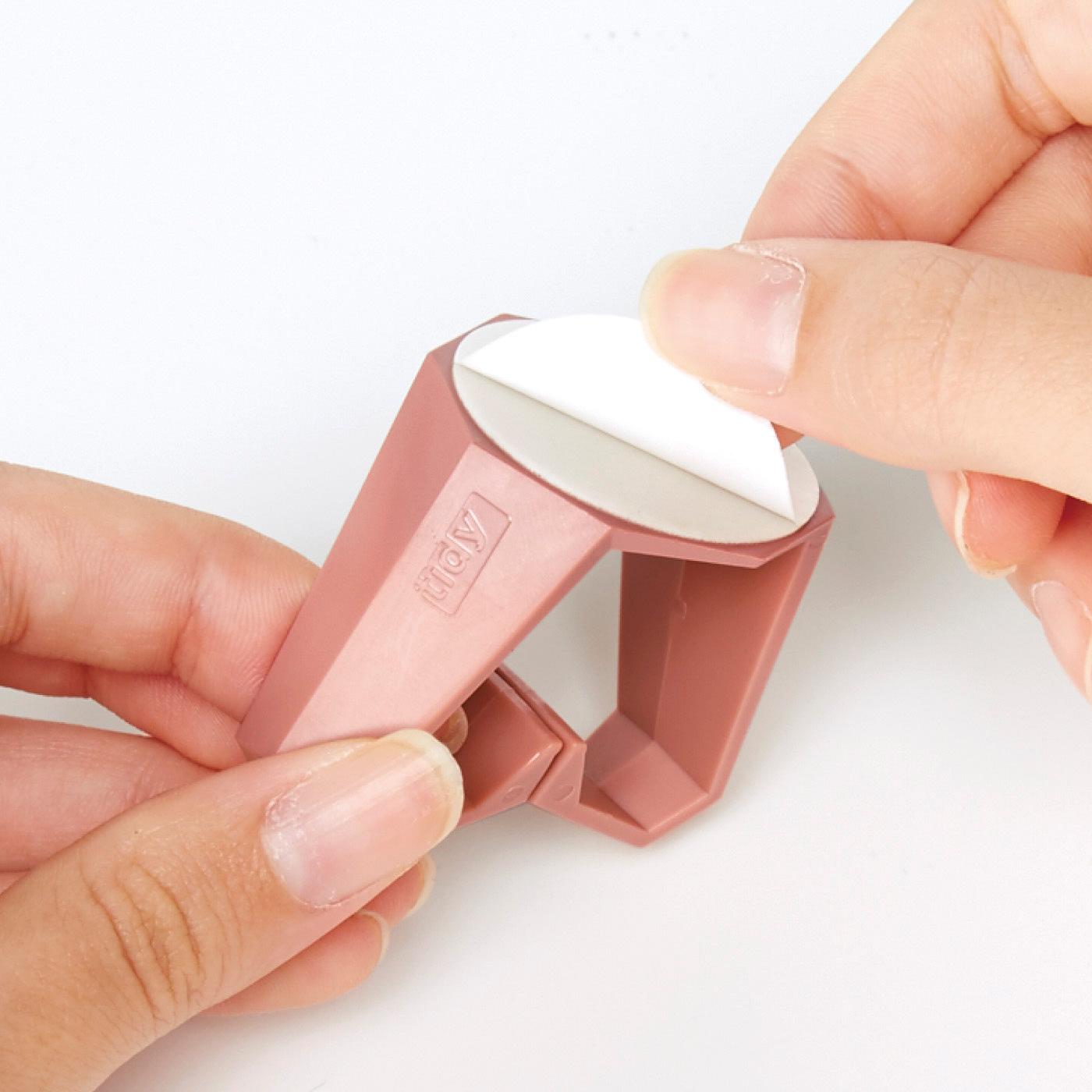 粘着テープで貼るだけ つり戸棚の下などに簡単に付けられます。