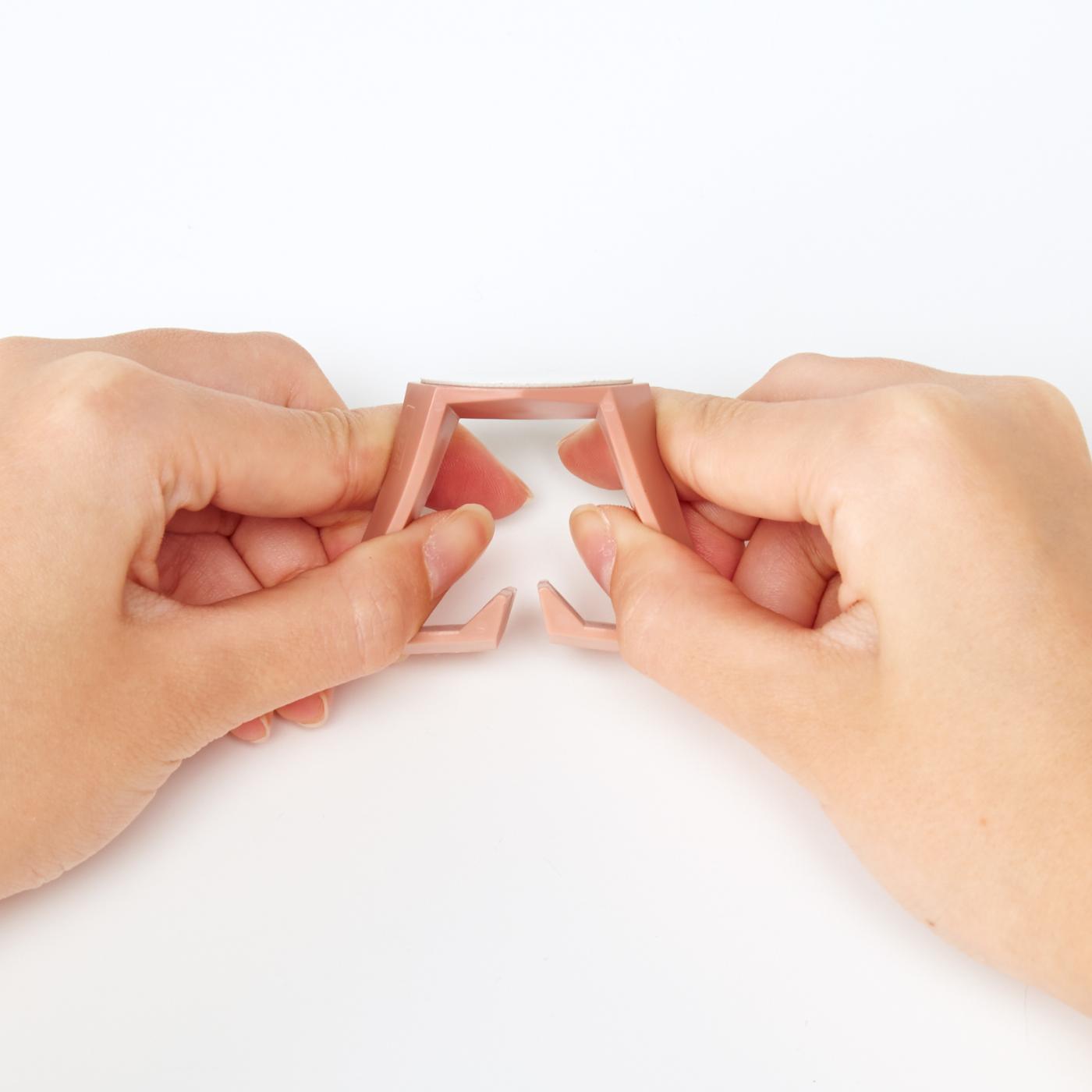 指で簡単に広げられます。