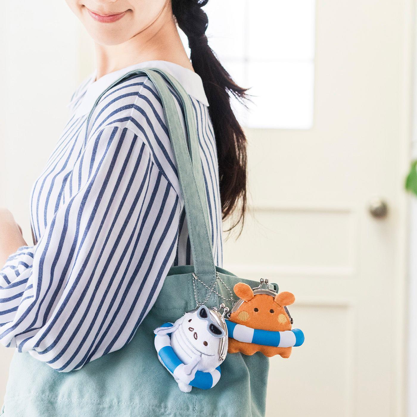 小さくたたんだレジ袋が2~3枚入ります。バッグに付けて持ち運んでね。(レジ袋が入る枚数は、袋の大きさや厚みにより異なります)