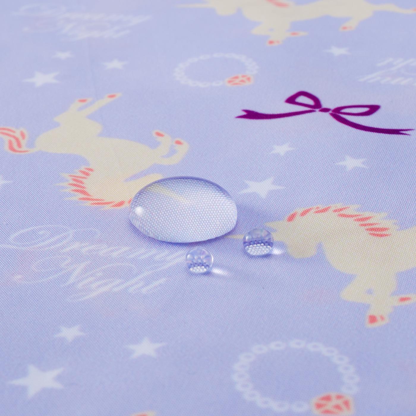 水を弾く撥水(はっすい)加工で雨の日も安心。