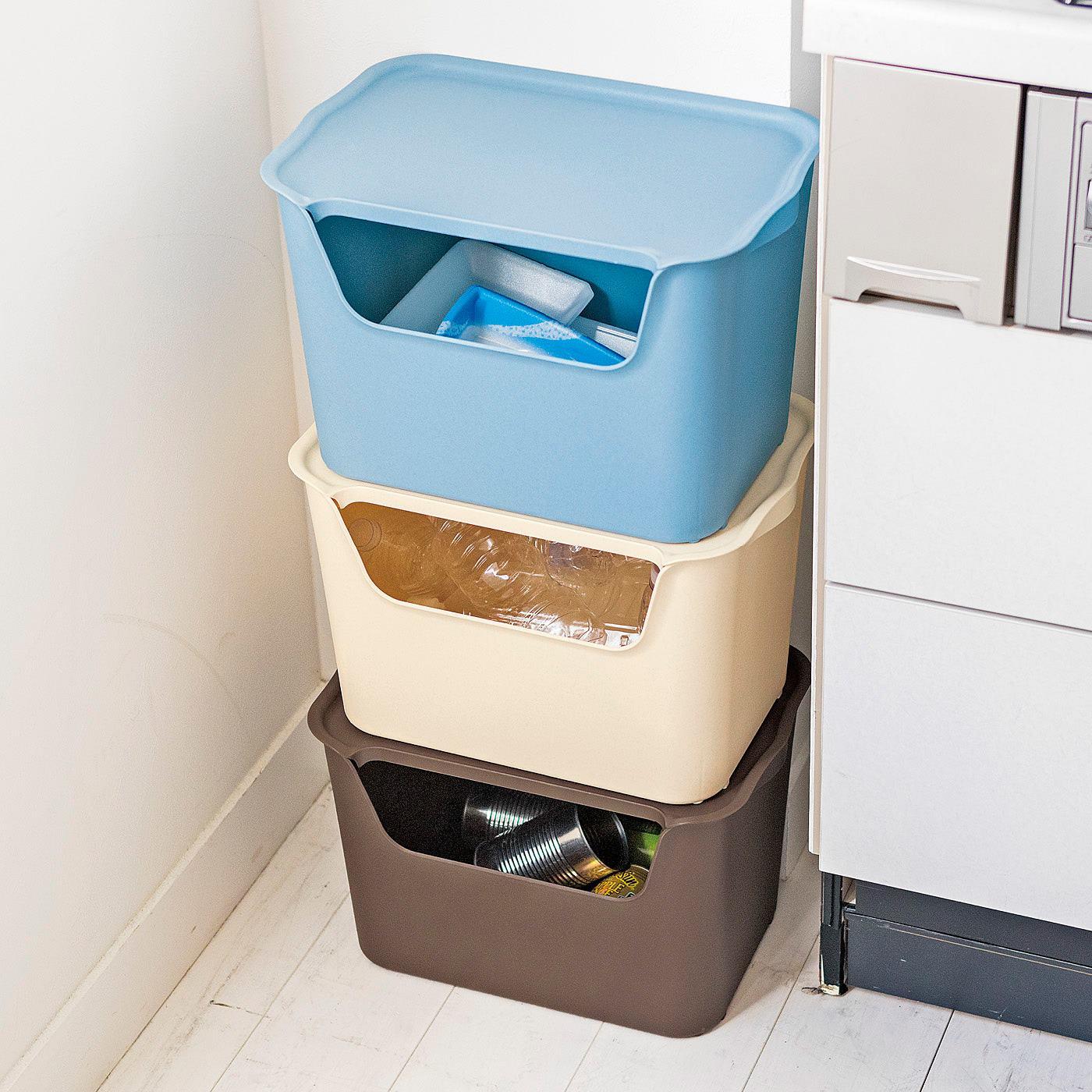 ゴミの分別や、根菜やキッチン用品のストックに。水洗いできるから、きれいに保てます。