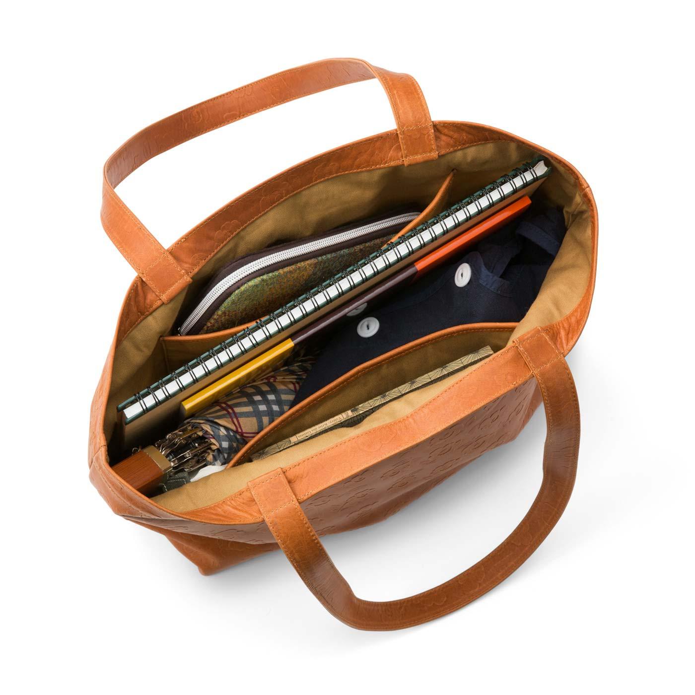 たっぷり入る大容量で、肩掛けしやすい持ち手の長さもベスト!内ポケットも位置や深さにこだわって使いやすく。