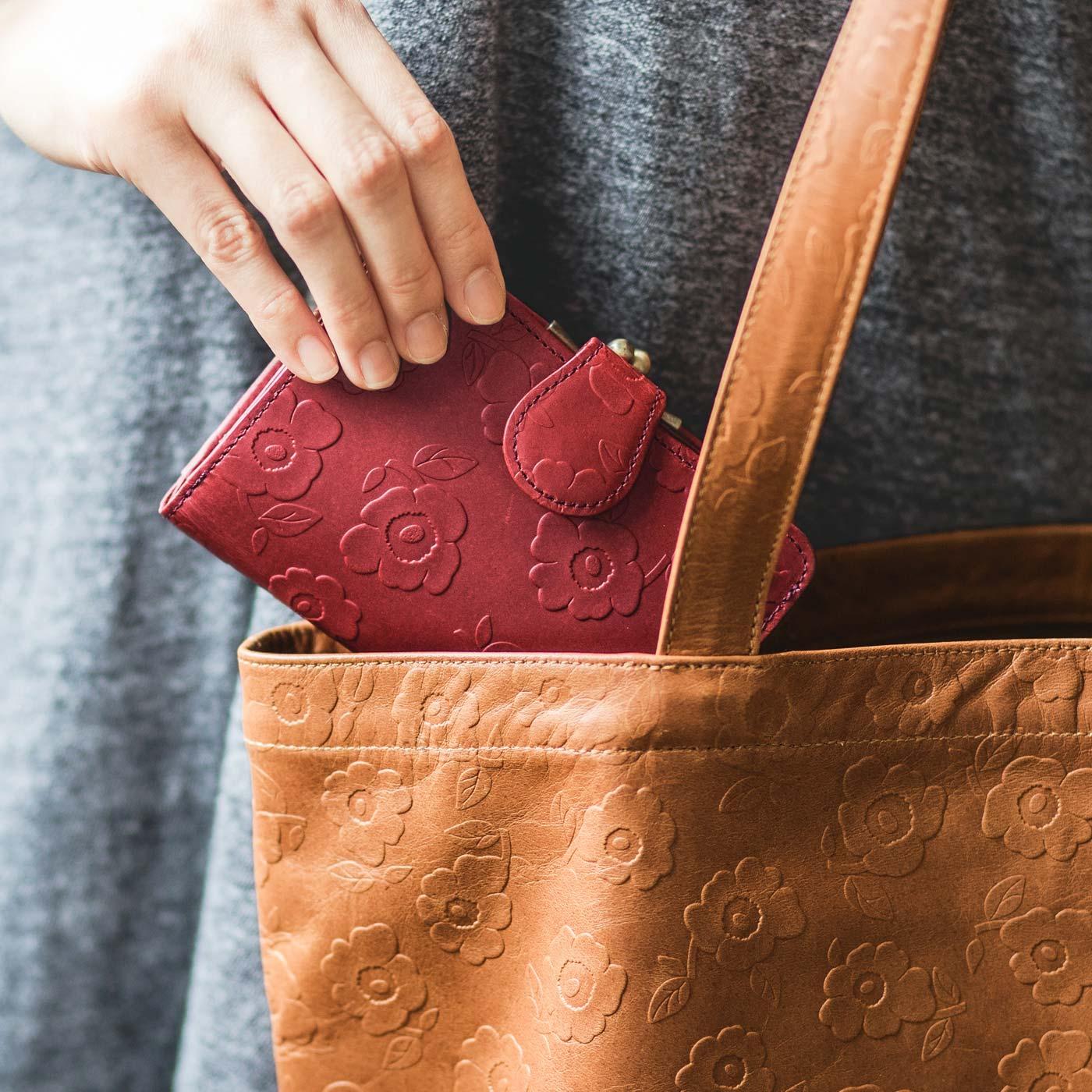 かさばらないコンパクトサイズ。トレンドの小さめバッグにもぴったり。