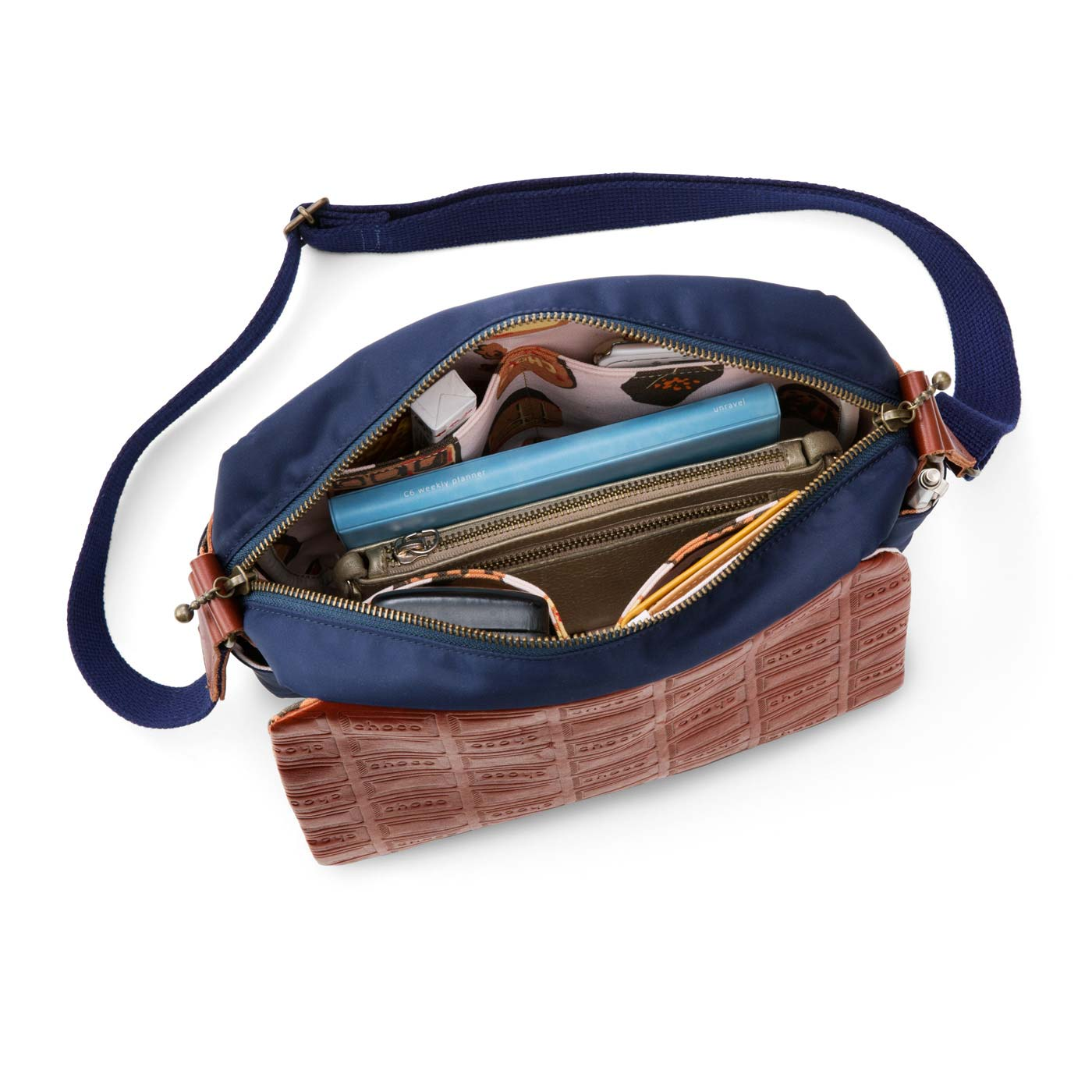 長財布やノート、カメラなどたっぷり収納。ポケット付きで中身もすっきり。