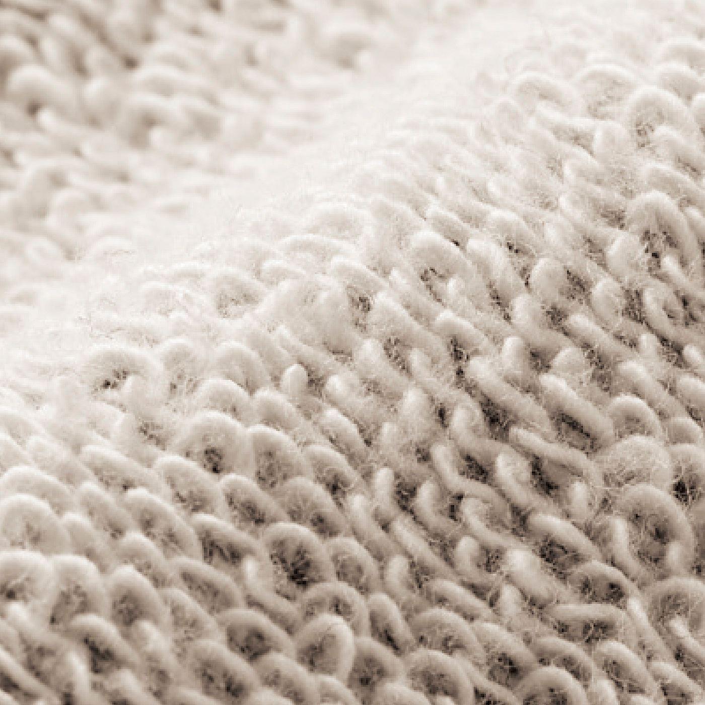 ループをゆるやかに編むつり裏毛風素材は、空気を含んでふんわりやわらかく、あたたかな着心地。