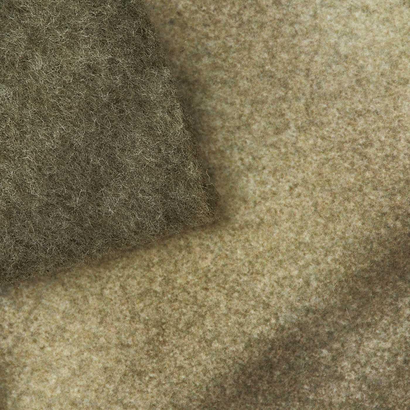 身生地はやわらかな微起毛素材。背びれ・ツメはフェルト素材。
