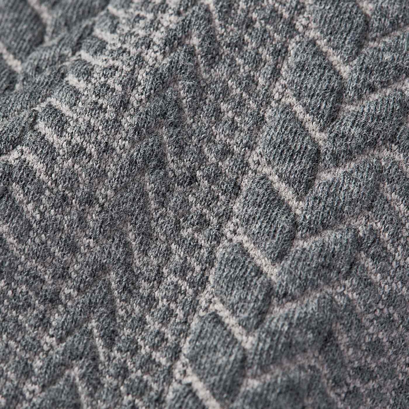 模様を立体的に編み上げた生地は、近くで見てもまるでニット! 洗濯機でざぶざぶ洗えます。