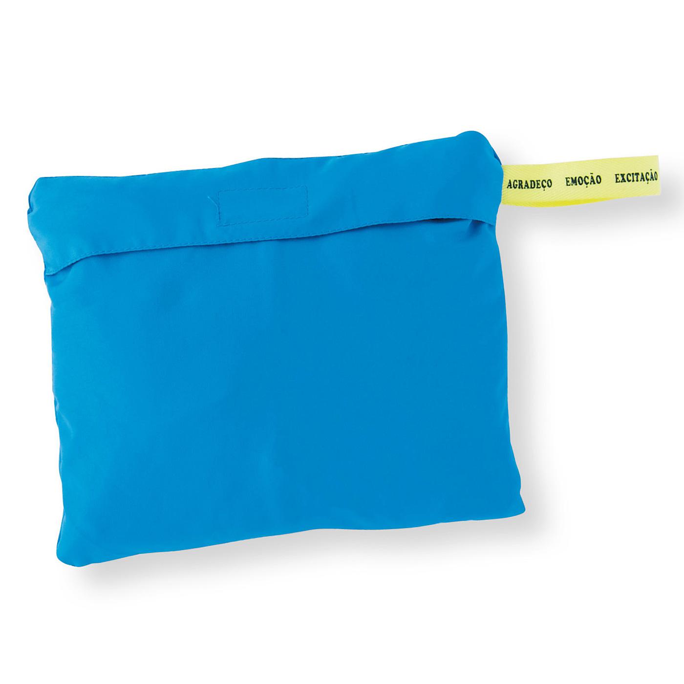 たたんでブルゾン本体に収納すると、持ち運び便利なポーチ形に。