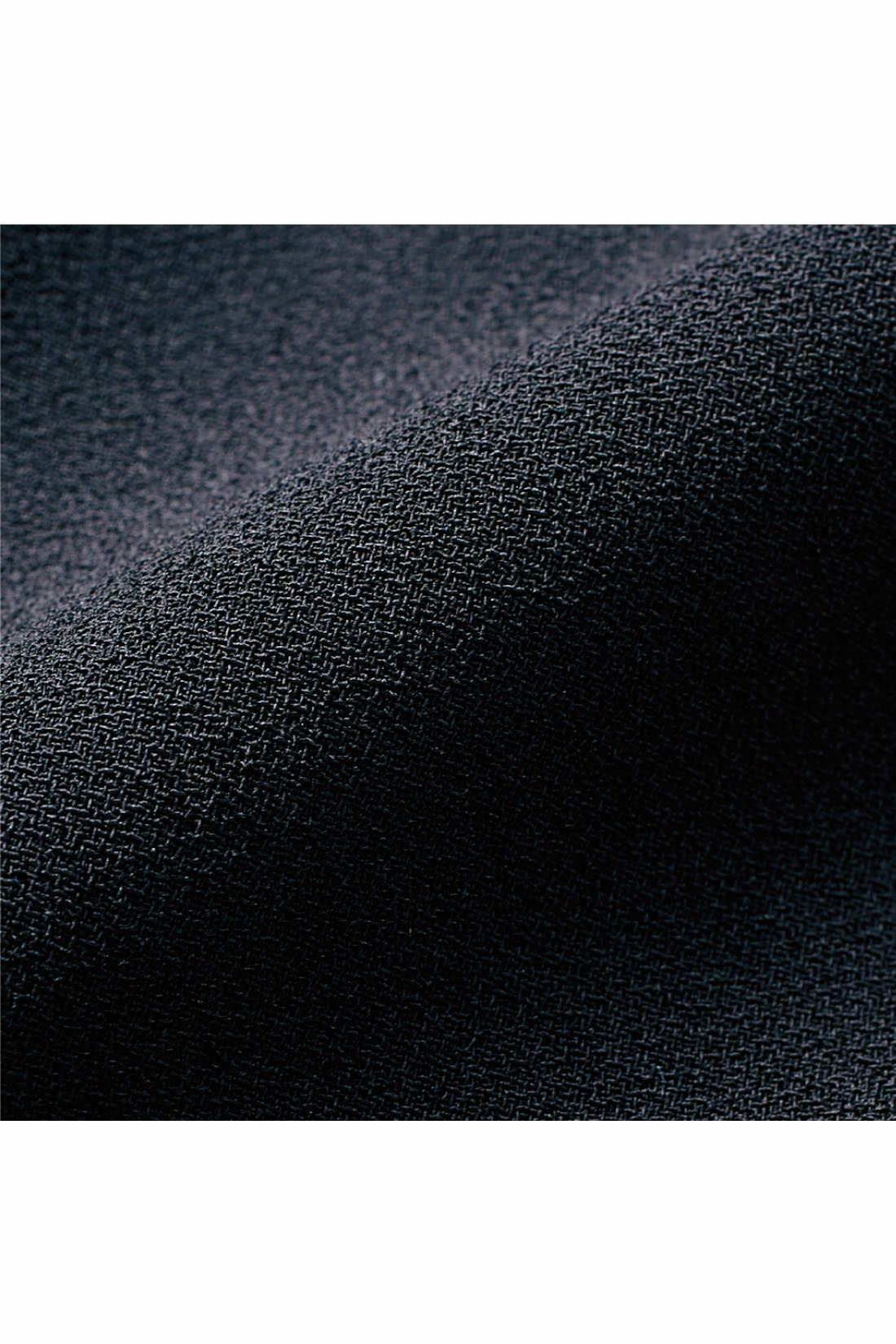 しなやかな伸縮性と軽やかなドレープ性が特徴の、高級感あるジョーゼット。