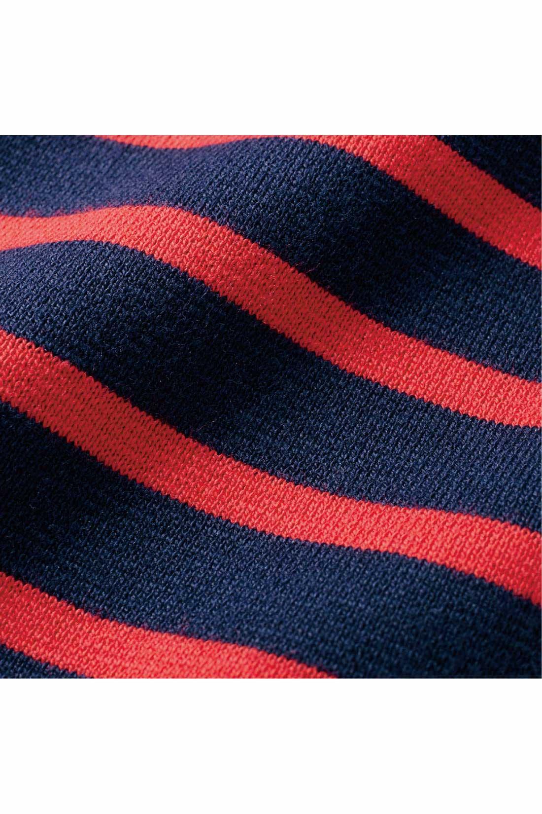 やや厚手でしっかりした編み組織のミラノリブ。セミシルケット加工で、ほどよい光沢感と張りをプラス。