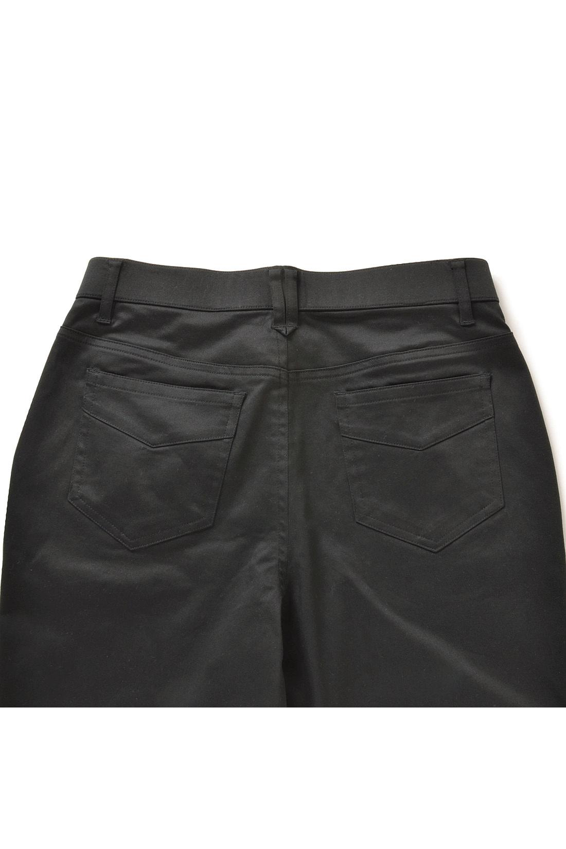 Back ヒップラインに沿うように高め位置に付けたポケットが美尻効果あり。