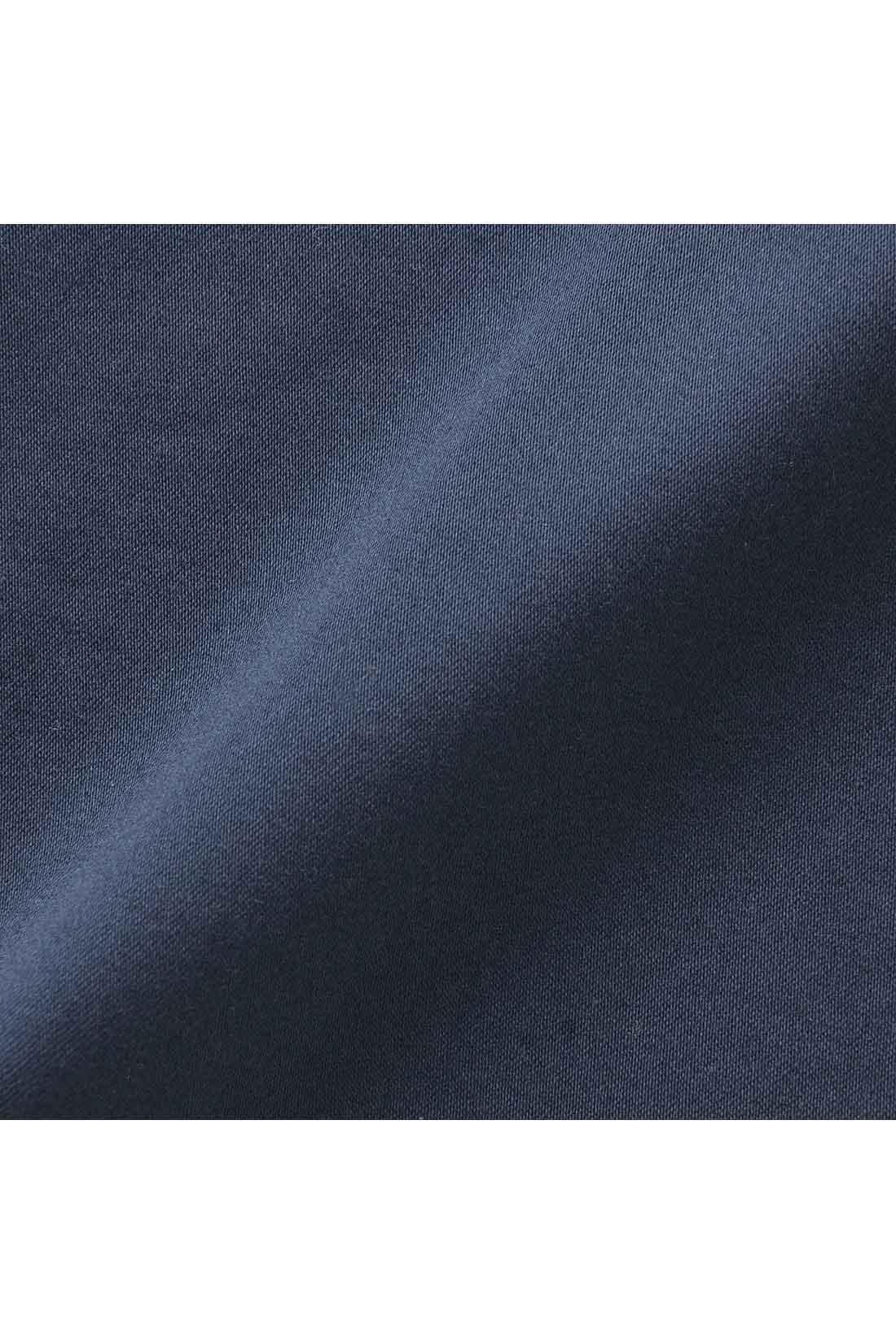 キレイに見せながらも伸びやかではきやすいストレッチサテン。