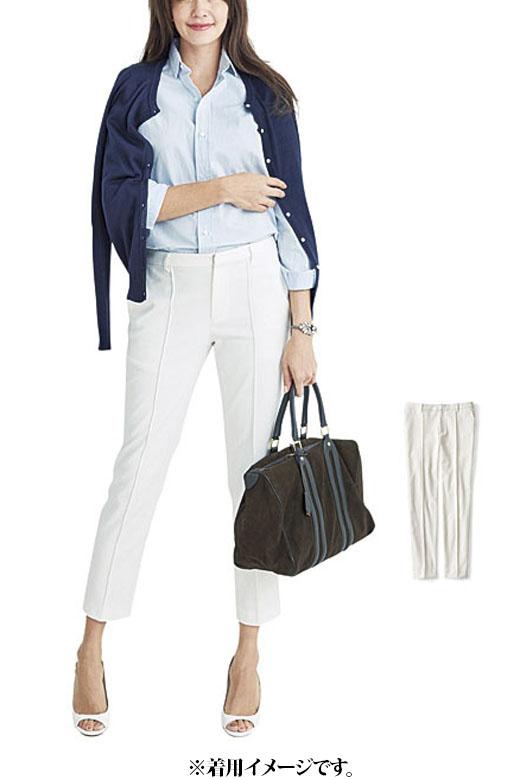 ジャガードの白パンツはスタイルも色も選ばず万能選手。さらりとシャツを合わせても女らしい印象に。