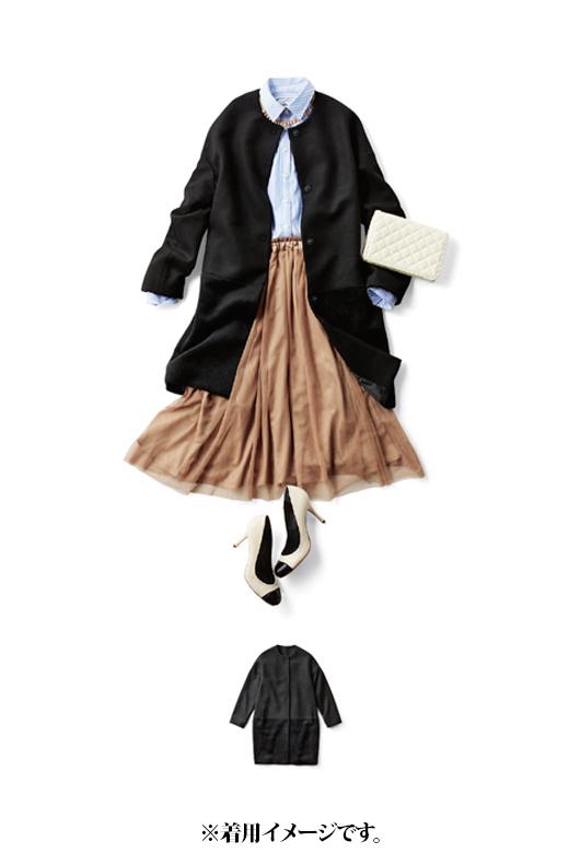 これは参考画像です。衿もとを見せられるノーカラーコートはシャツとも好相性。ワンパターンになりがちなアウタースタイルの印象チェンジにも大活躍。