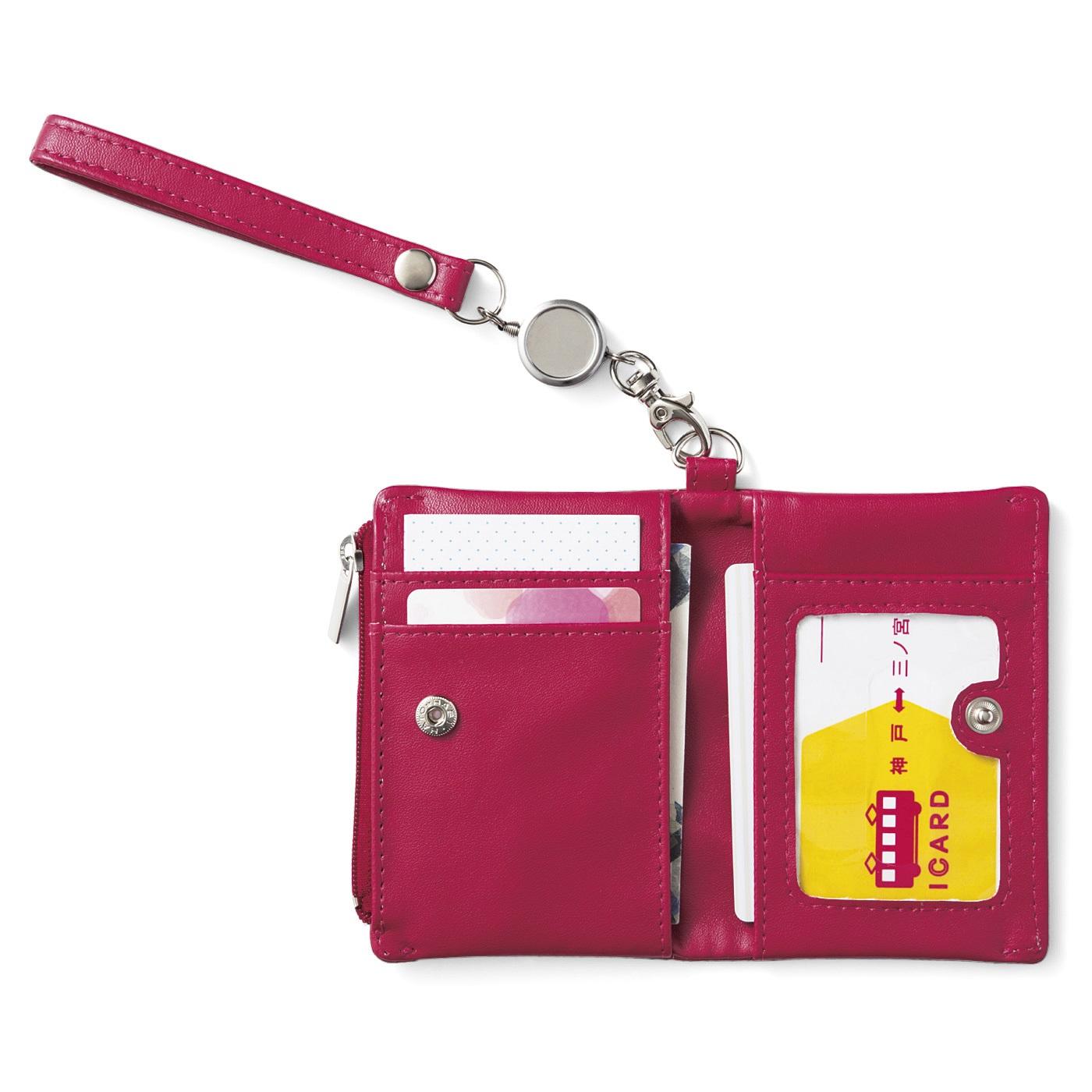 〈中面〉ICカードが2種類ある場合は、左右のポケットに分けてイン。改札を通るときはポーチを開いて必要なカード側をかざせばOK。